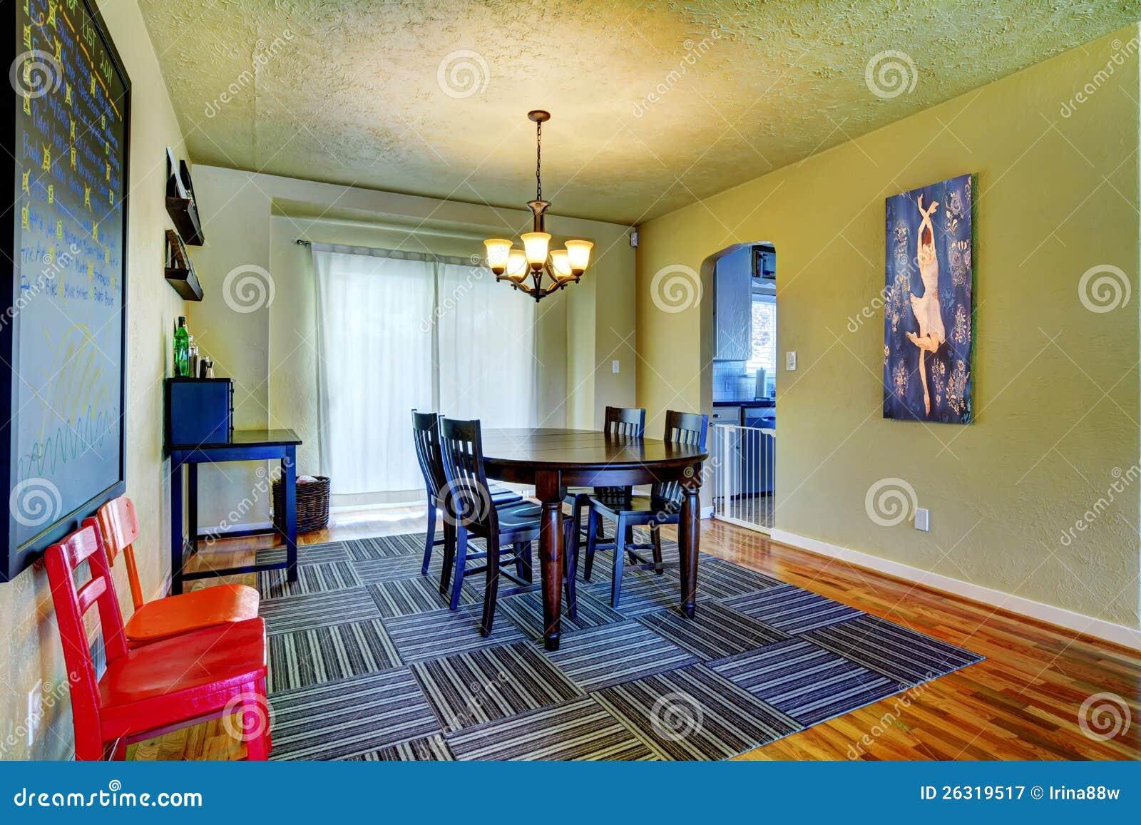 Eetkamer met groene muren zwarte lijst en grijze deken stock afbeelding afbeelding 26319517 - Grijze en zwarte kamer ...