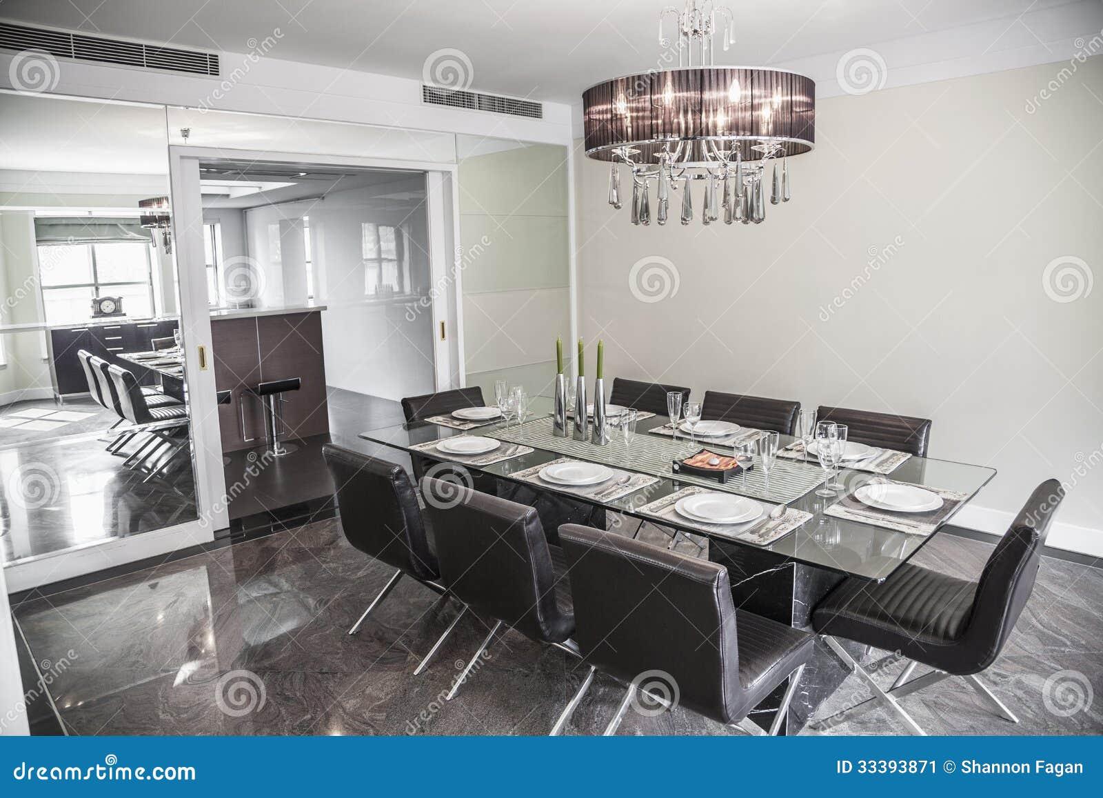 Eetkamer met moderne meubilair en kroonluchter. stock afbeelding