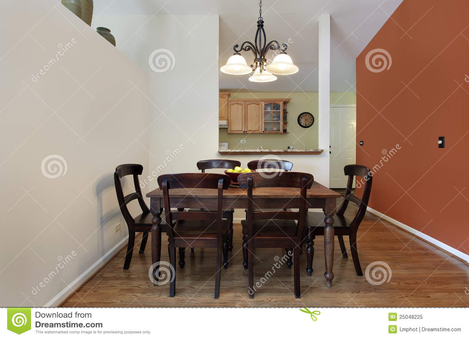 Eetkamer met oranje muur royalty vrije stock foto afbeelding 25048225 - Eetkamer eetkamer ...
