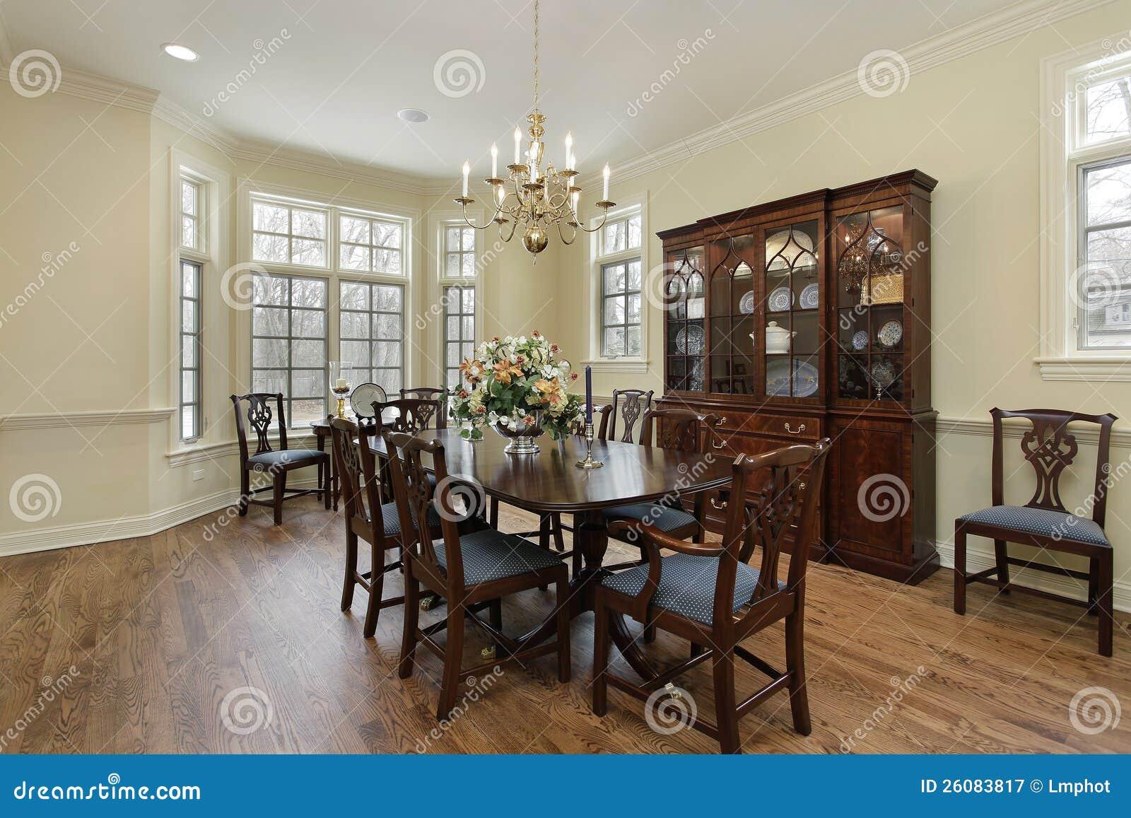 Eetkamer met room gekleurde muren royalty vrije stock fotografie afbeelding 26083817 - Buffeteetkamer ontwerp ...