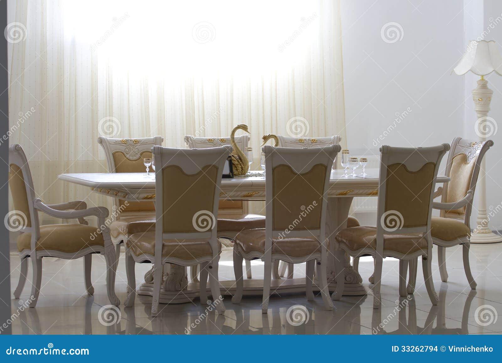 Eetkamer met wit houten meubilair stock foto afbeelding 33262794 - Meubilair loungeeetkamer ...