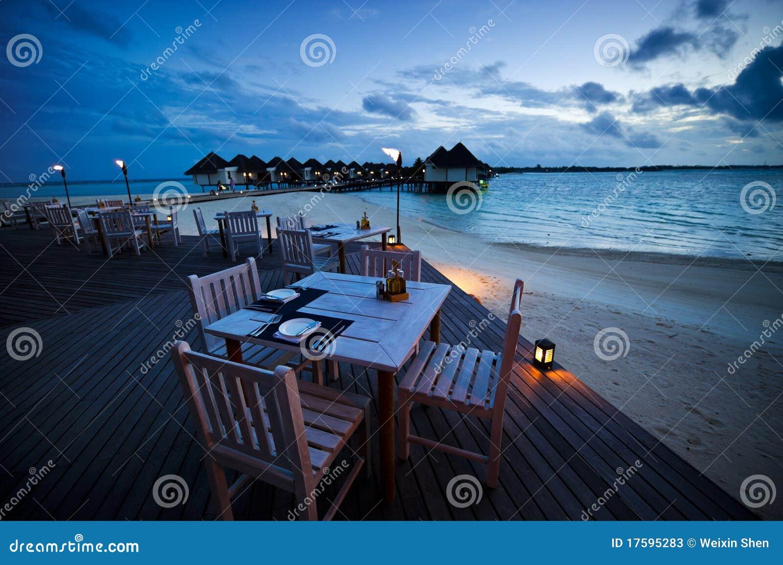 Eettafel bij het openluchtstrandrestaurant