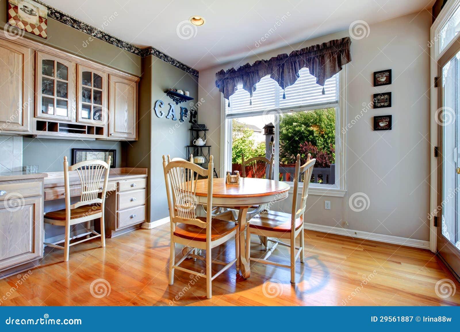 Eettafel dichtbij keuken met houten vloer. royalty vrije stock ...