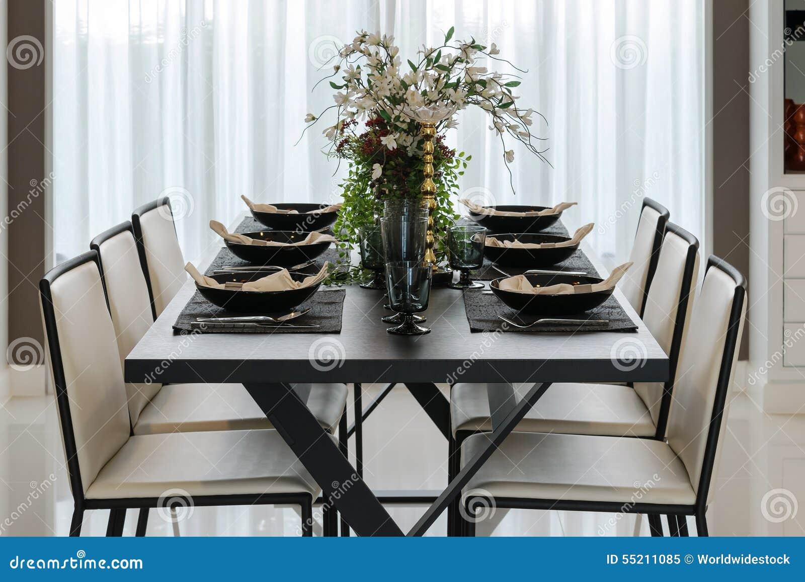 Eettafel en comfortabele stoelen in modern huis stock for Eettafel modern
