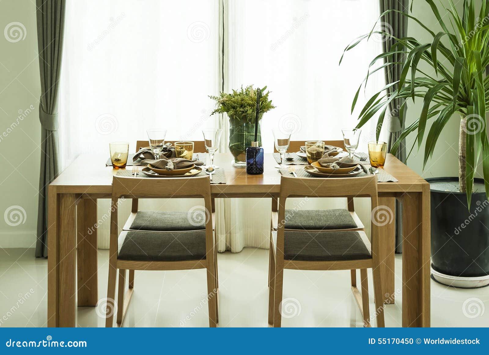 Eettafel en stoelen in modern huis met elegant stock foto