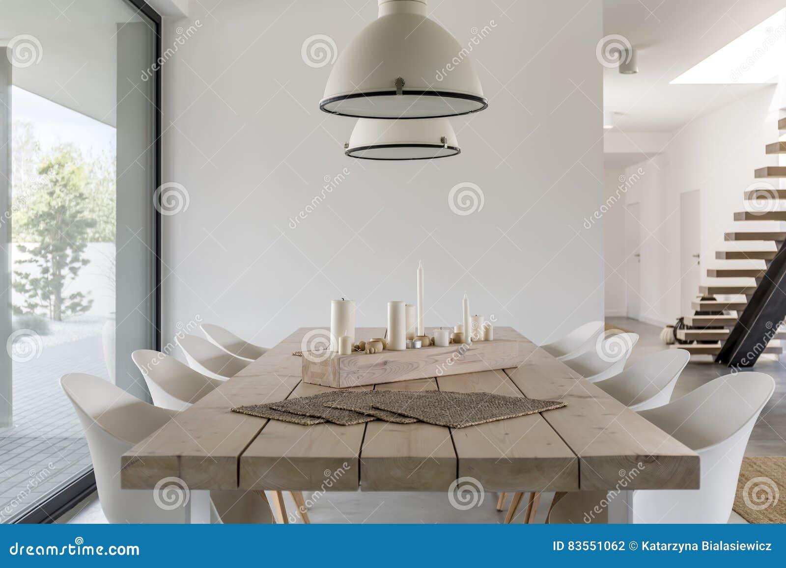 Houten Tafel Met Witte Stoelen.Eettafel En Witte Stoelen Stock Foto Afbeelding Bestaande