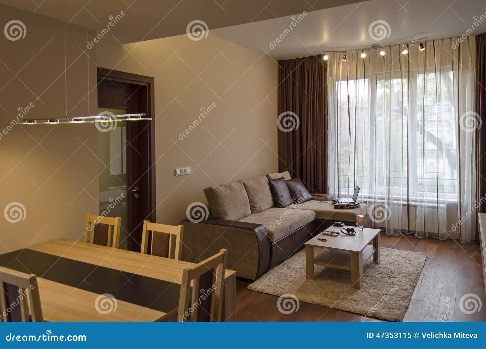 Eettafel In Woonkamer : Eettafel in woonkamer vernieuwde flat stock afbeelding