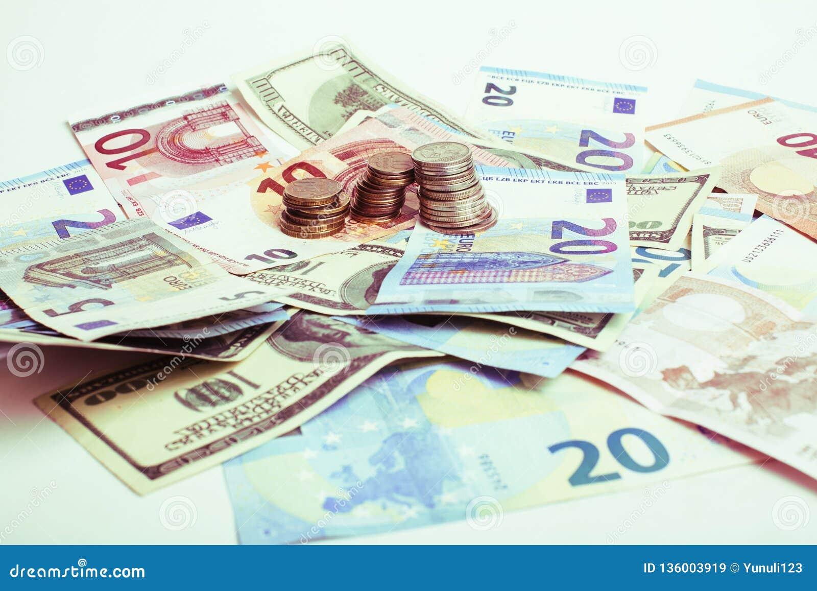 Efectivo en la tabla aislada: dólares, euro, dinero roto rubl Todos adentro