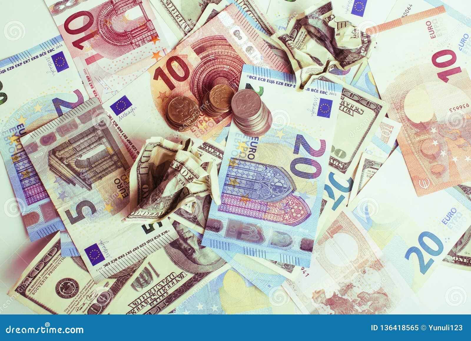 Efectivo en la tabla: dólares, euro, dinero roto rubl Todos adentro
