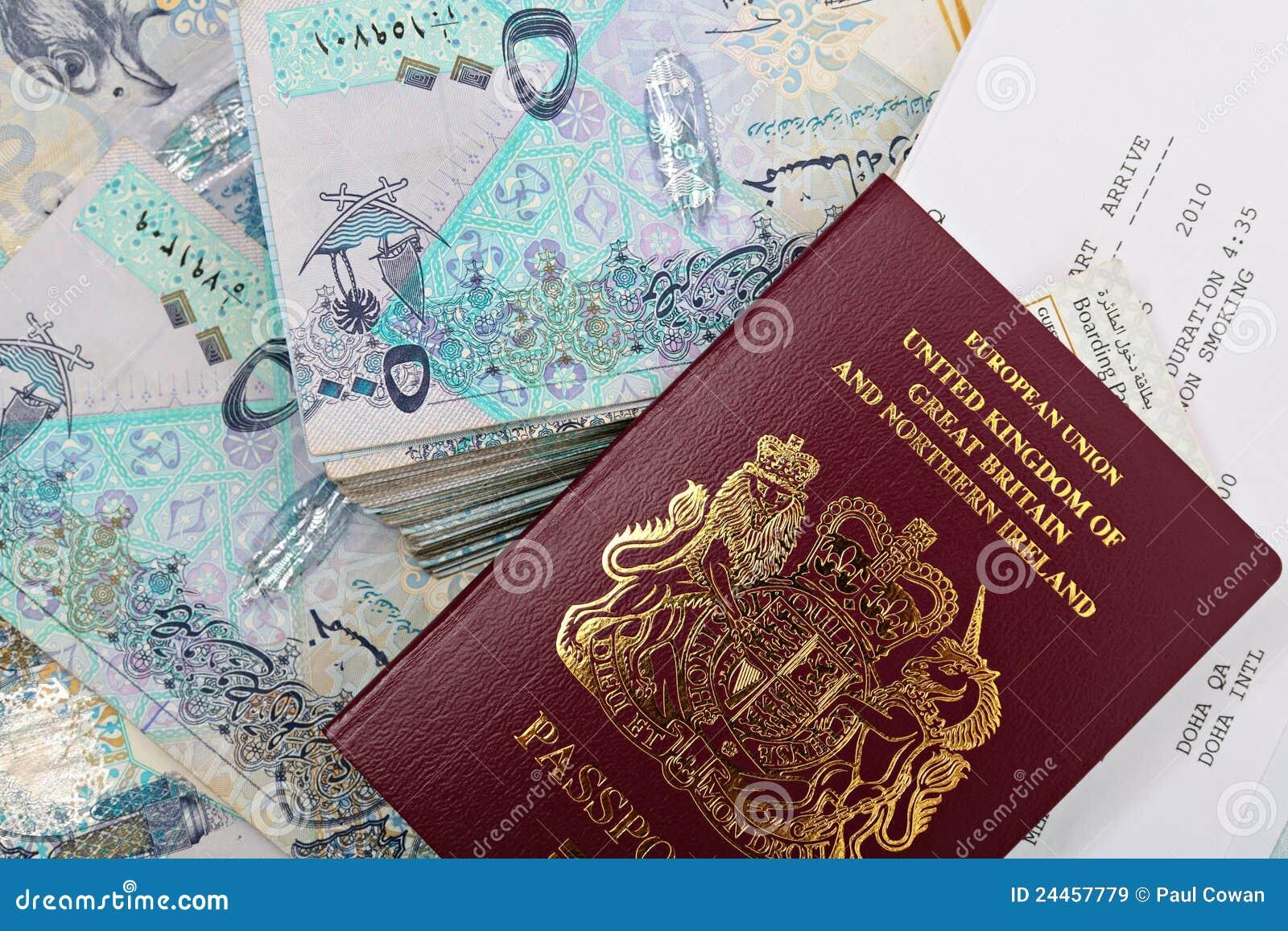 Efectivo y pasaporte de Qatar