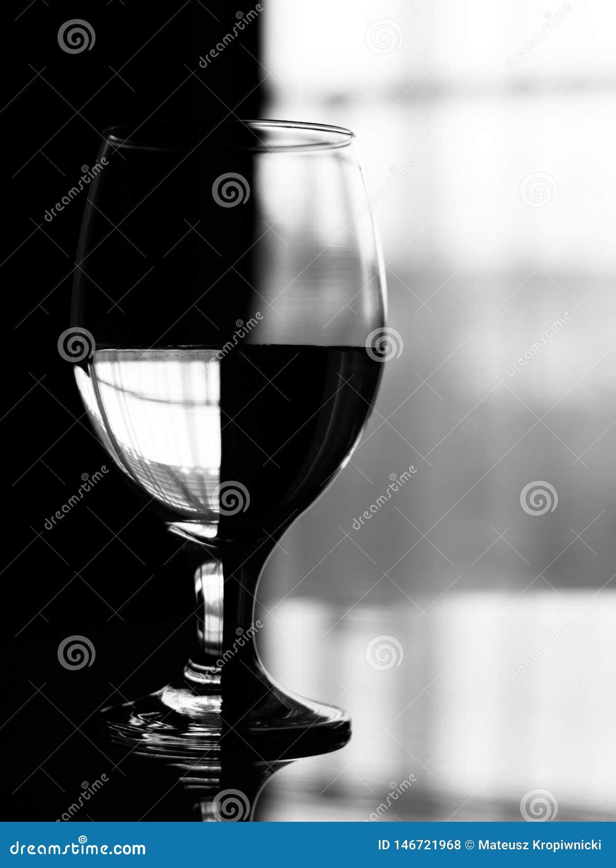 Efecto artístico sobre la copa de vino llenada de agua