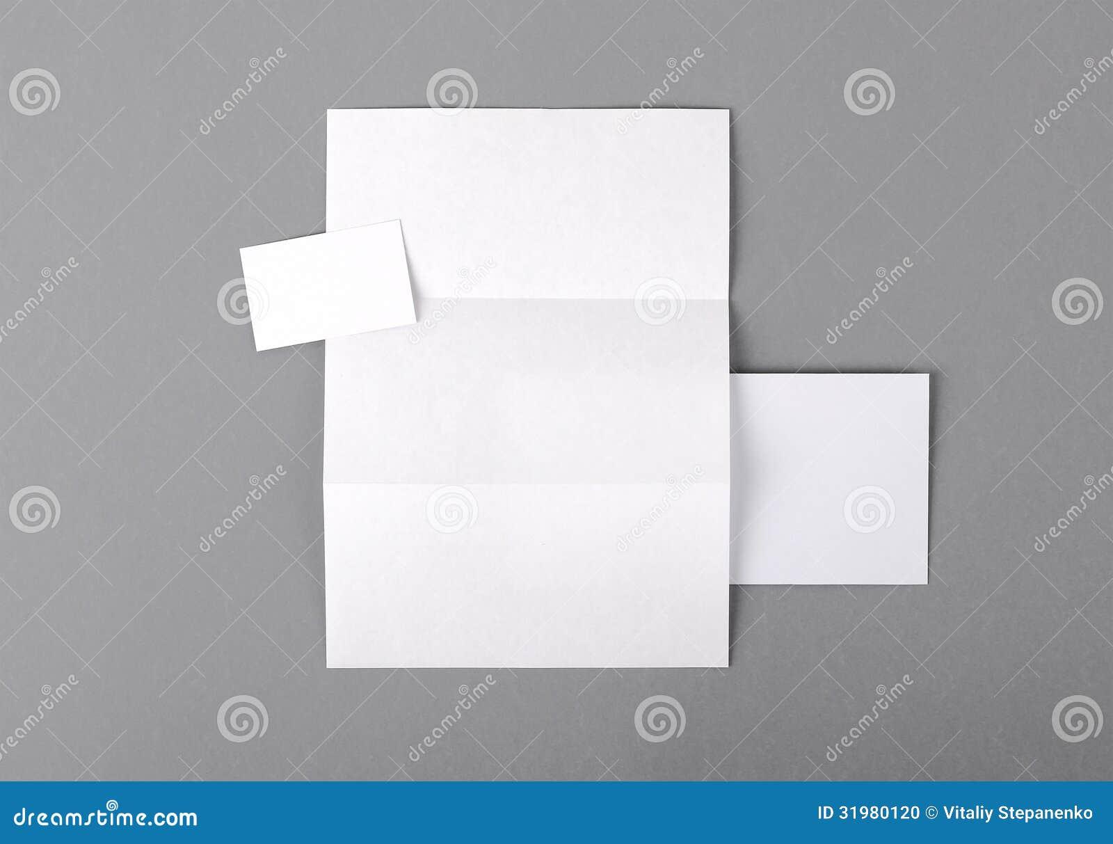 Efectos de escritorio básicos en blanco. Papel con membrete doblado, tarjeta de visita, envelo