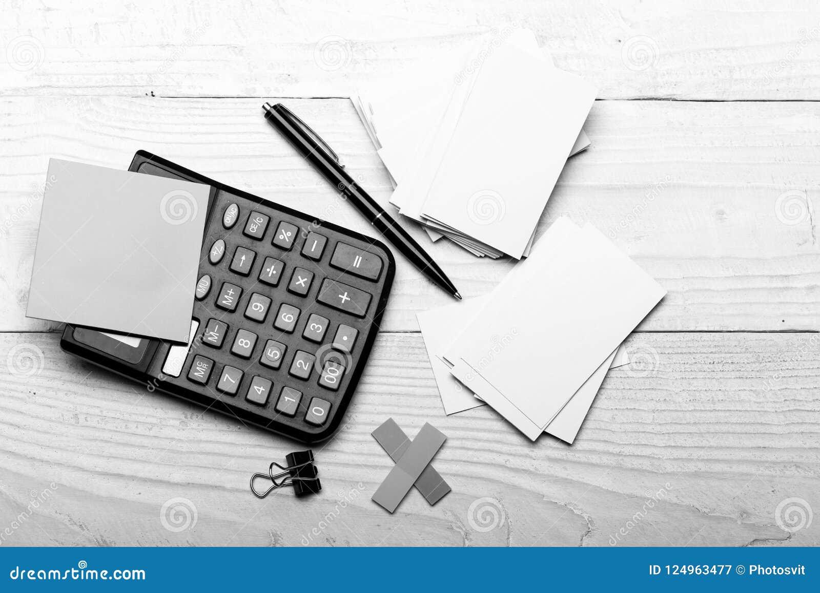 Efectos de escritorio y calculadora Etiquetas engomadas en color amarillo cerca de la pluma