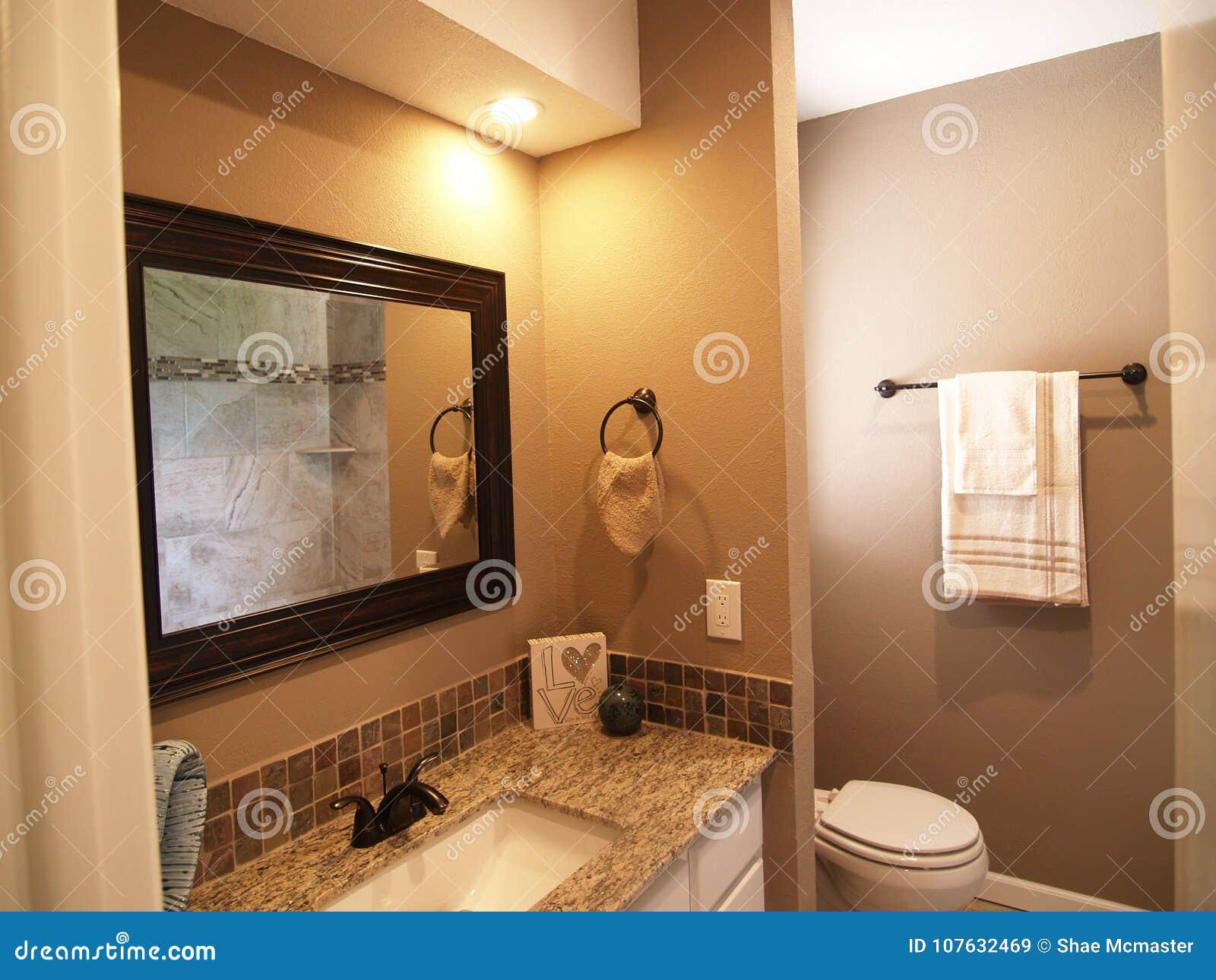 Efectuado y limpie el cuarto de baño moderno