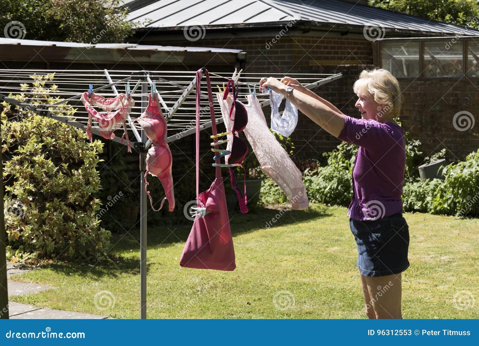 Effacer accrochant de femme à sécher