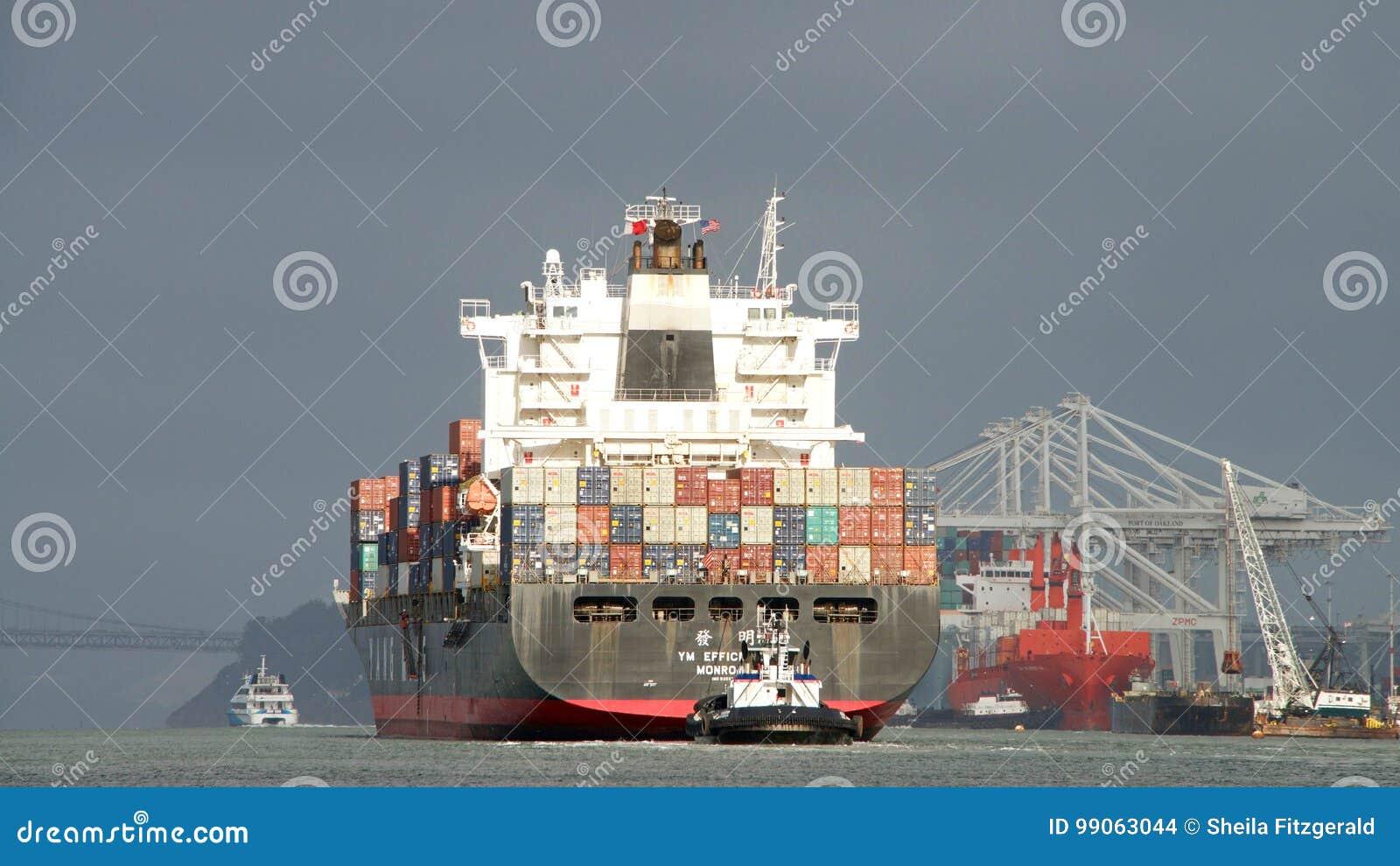 EFFEKTIVITET för lastfartyg som YM avgår porten av Oakland