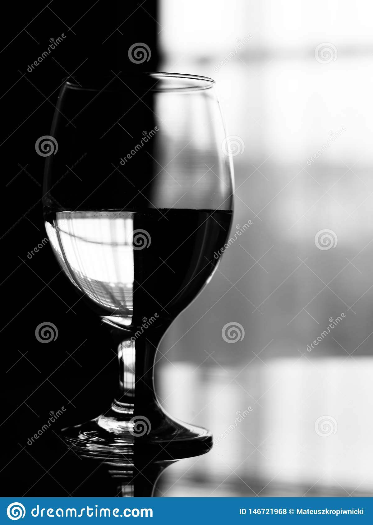 Effetto artistico sul vetro di vino riempito di acqua