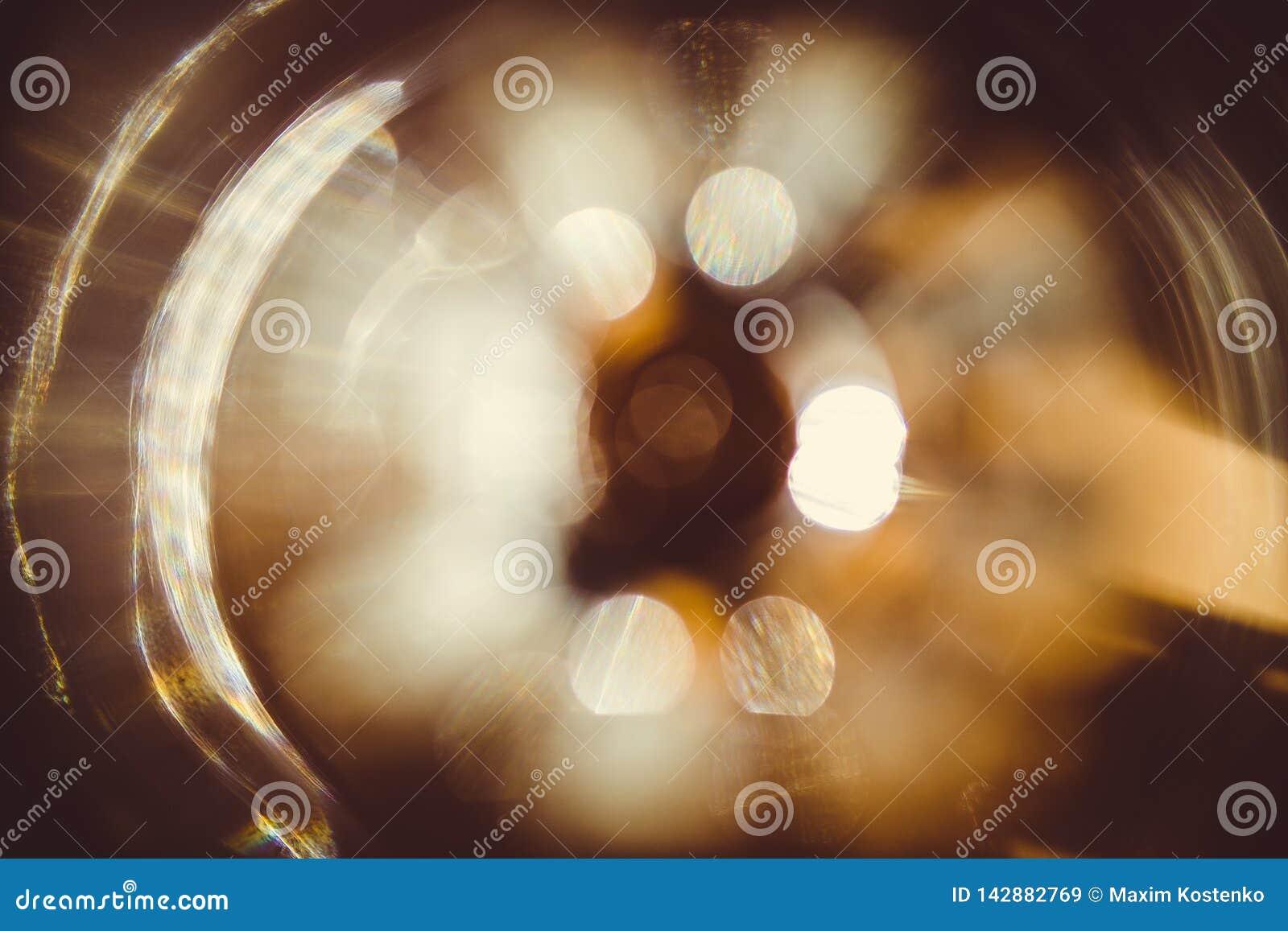 Effetto della luce reale del chiarore della lente su fondo scuro Luce solare rifranta in vetro Pu