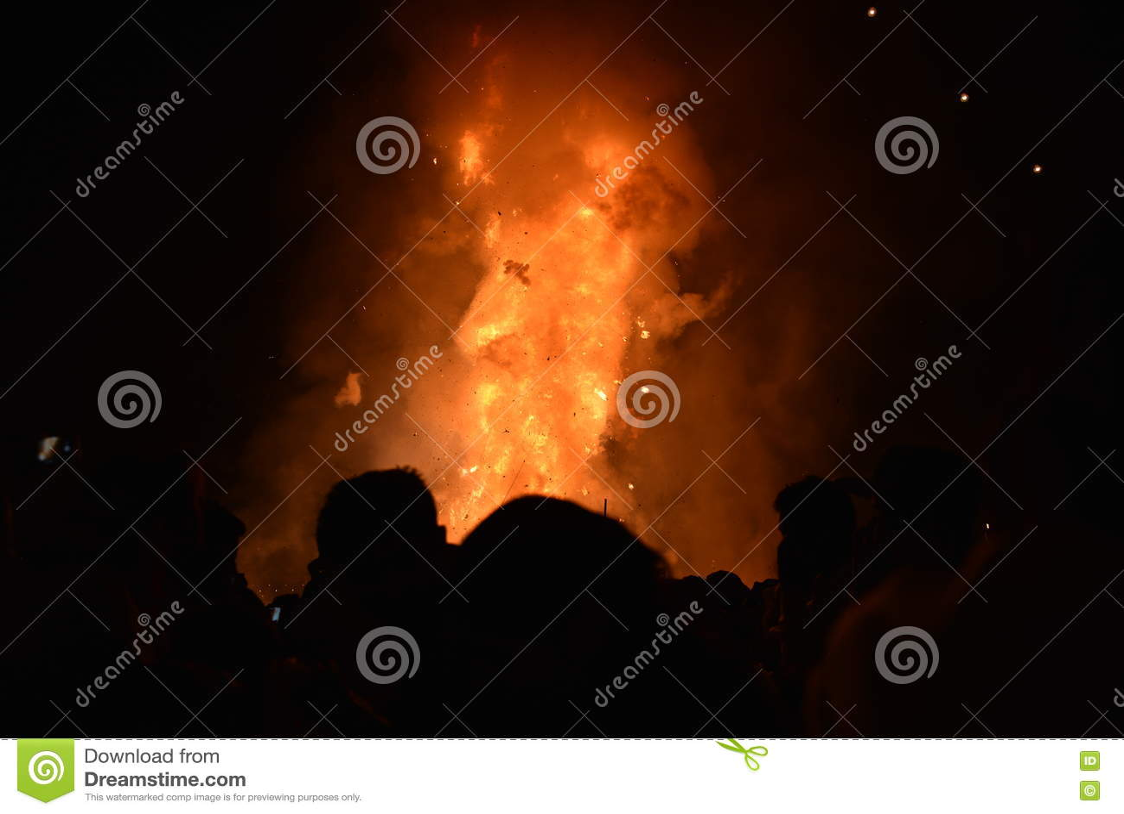 Effigie du Roi Ravana sur le feu et x28 ; Voyou de Ramayana& épique mythologique indou x29 ; aux raisons approchez-vous du fort r