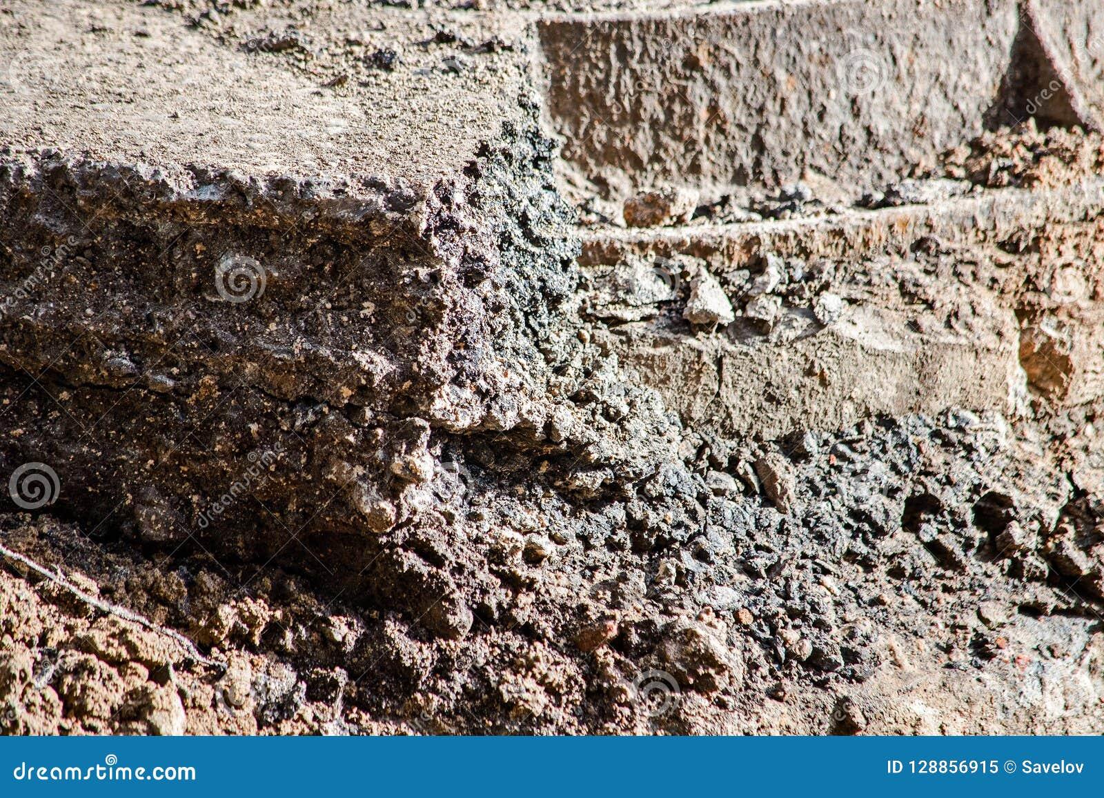 Effondrement de sol avec un morceau d asphalte du côté