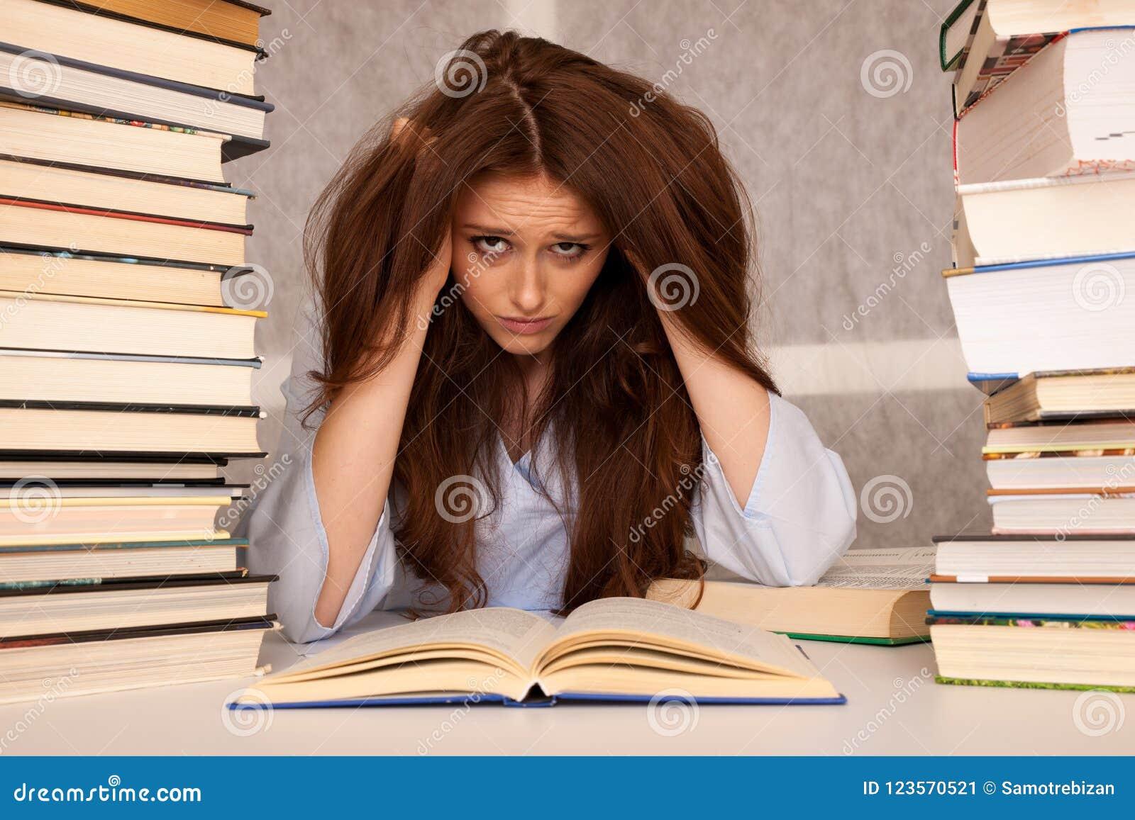 Effort attrayant d undre d étudiante de jeune femme tout en studiing pour e