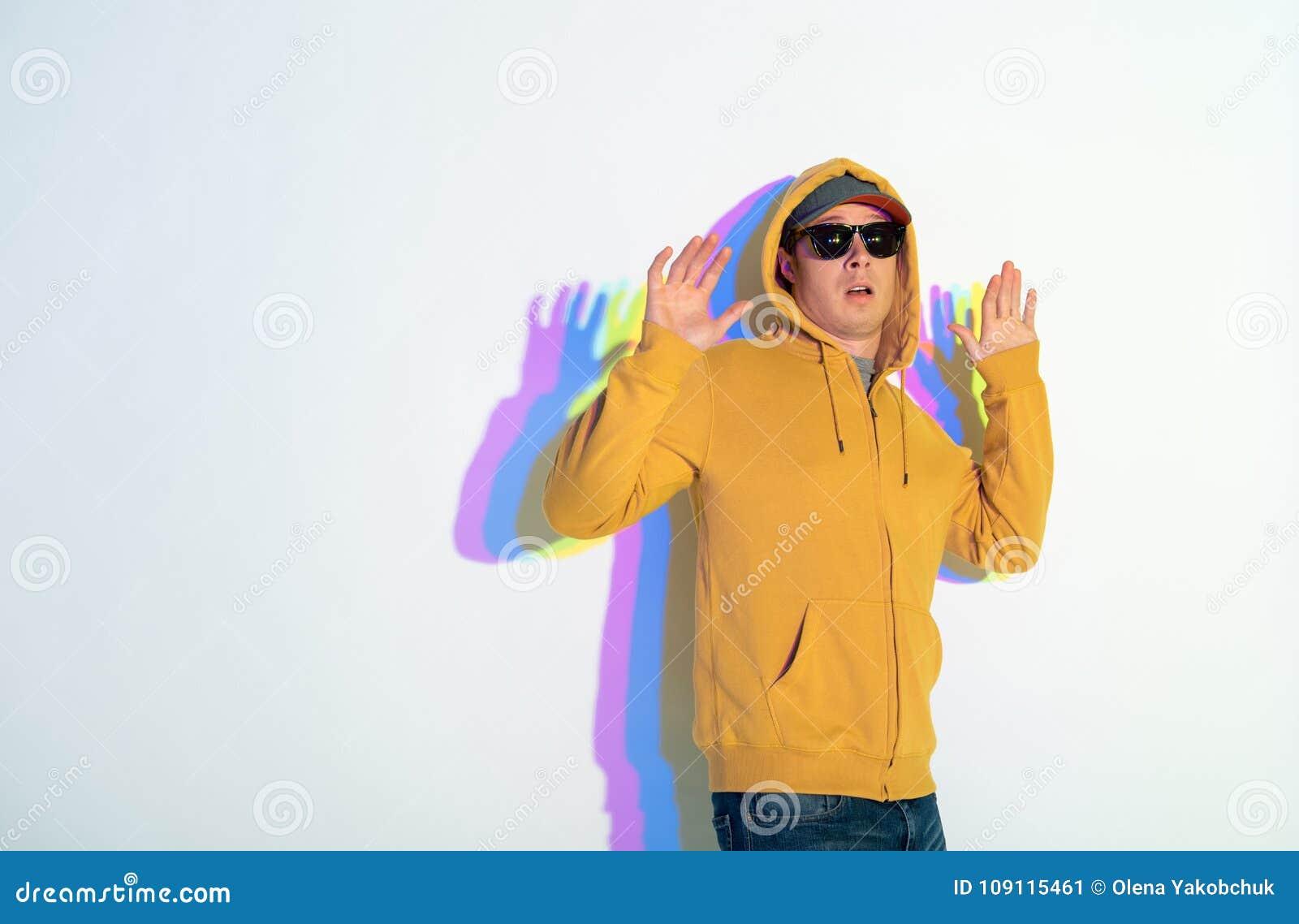 Effrayez les mains surgissantes de jeune homme
