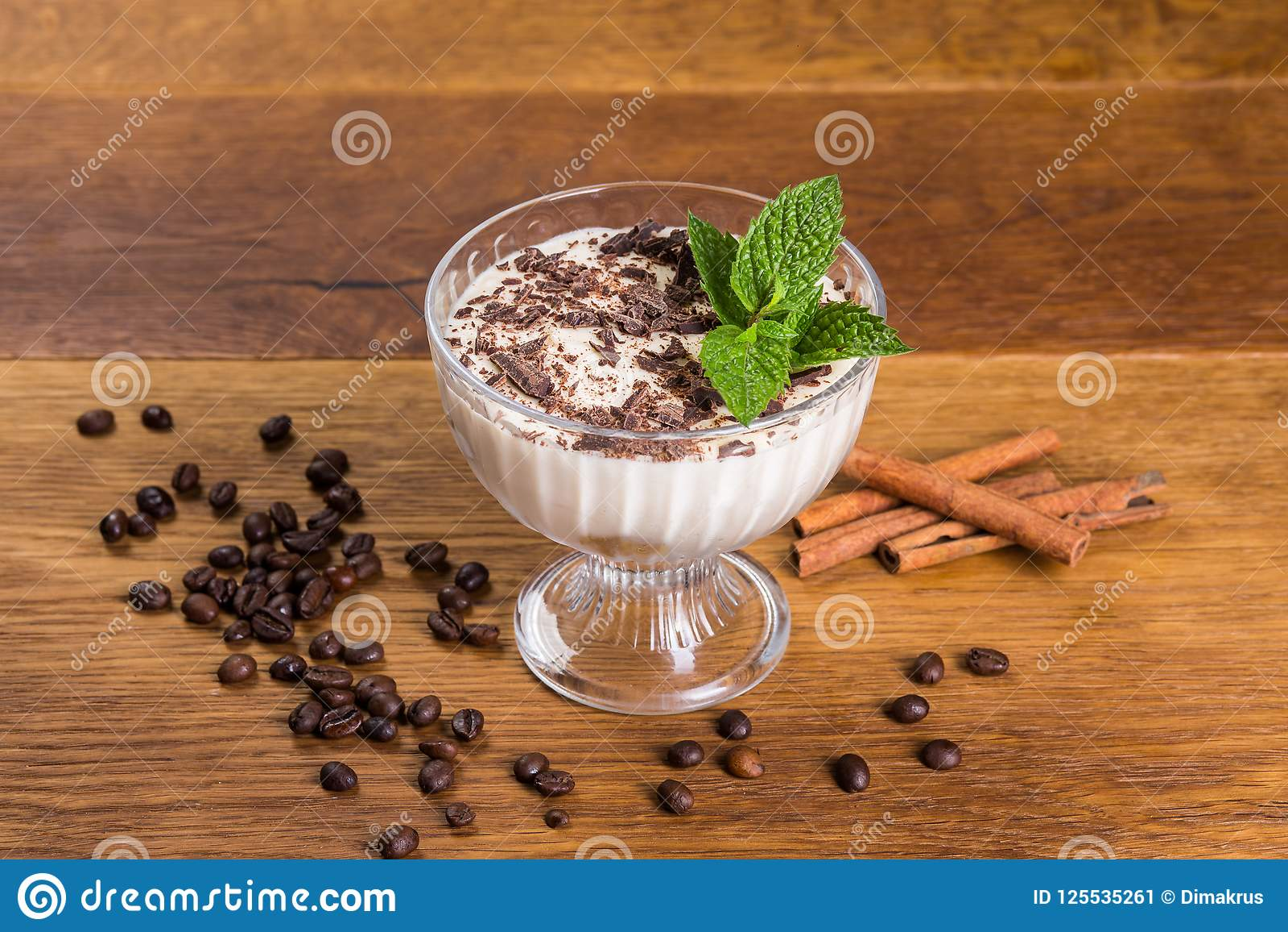Efterrätttiramisu med choklad och mintkaramellen i en bunke