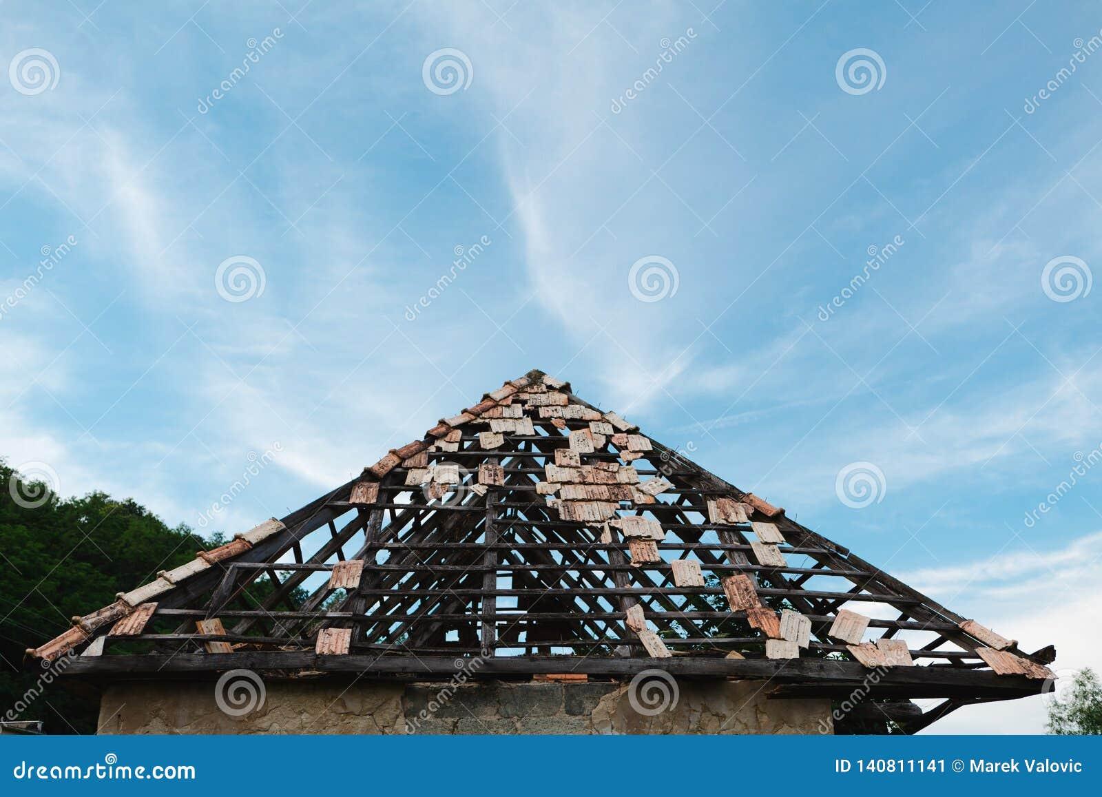 Eftersatt tak med några taktegelplattor fortfarande på - försäkring