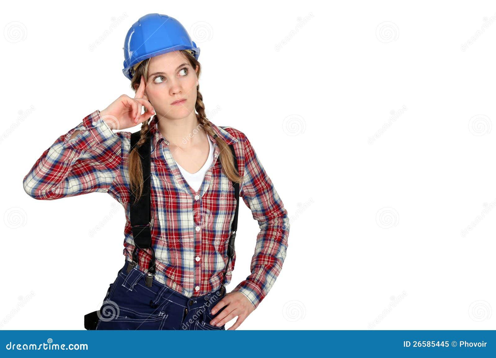 Eftertänksam kvinnligbyggmästare