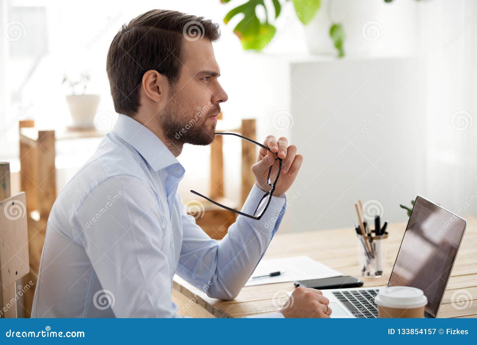 Eftertänksam manlig anställd tänker av problemlösning
