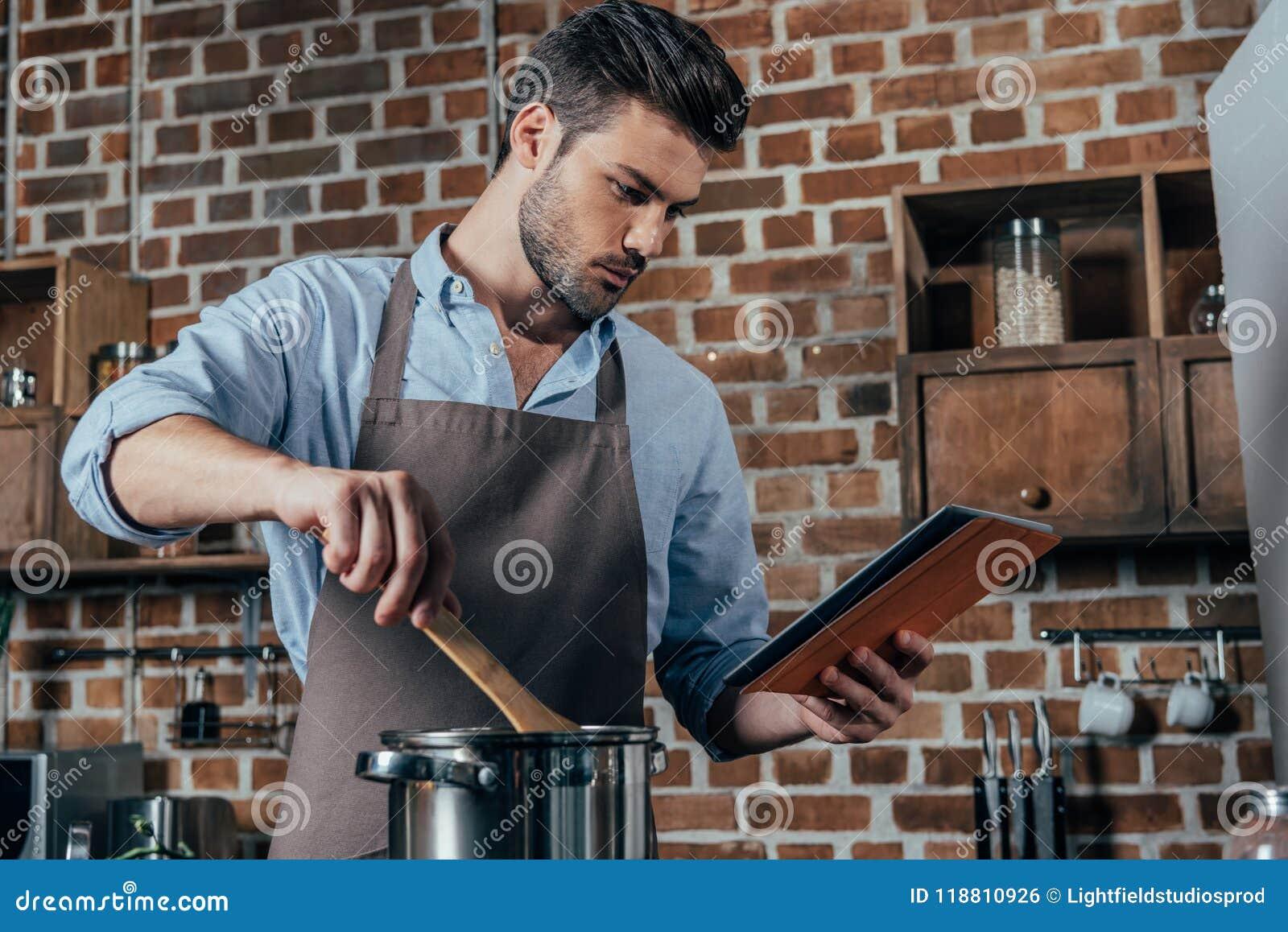 Eftertänksam matlagning för ung man