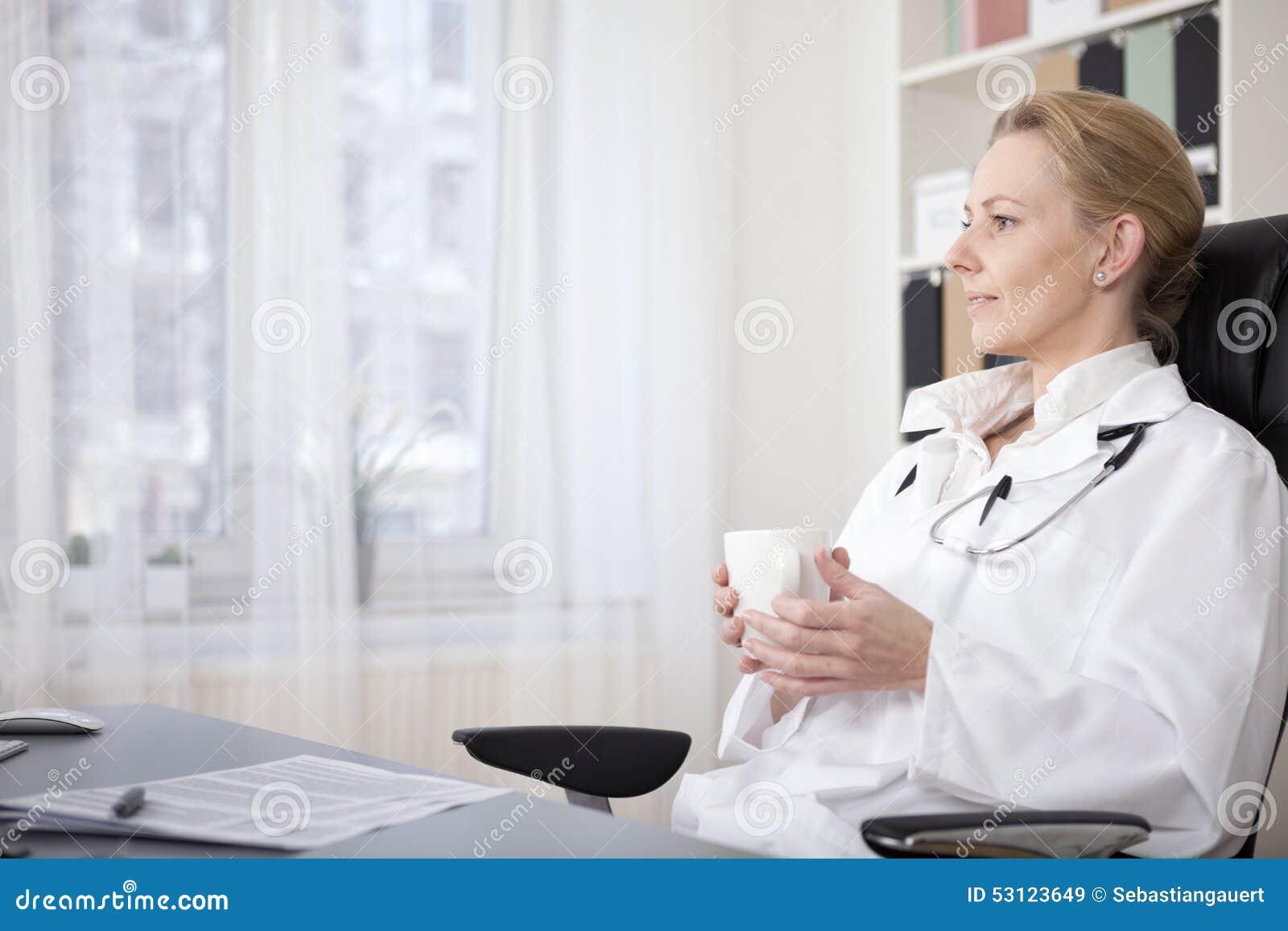 Lycklig Direktör På Hennes Skrivbord Som Rymmer En Fan Av