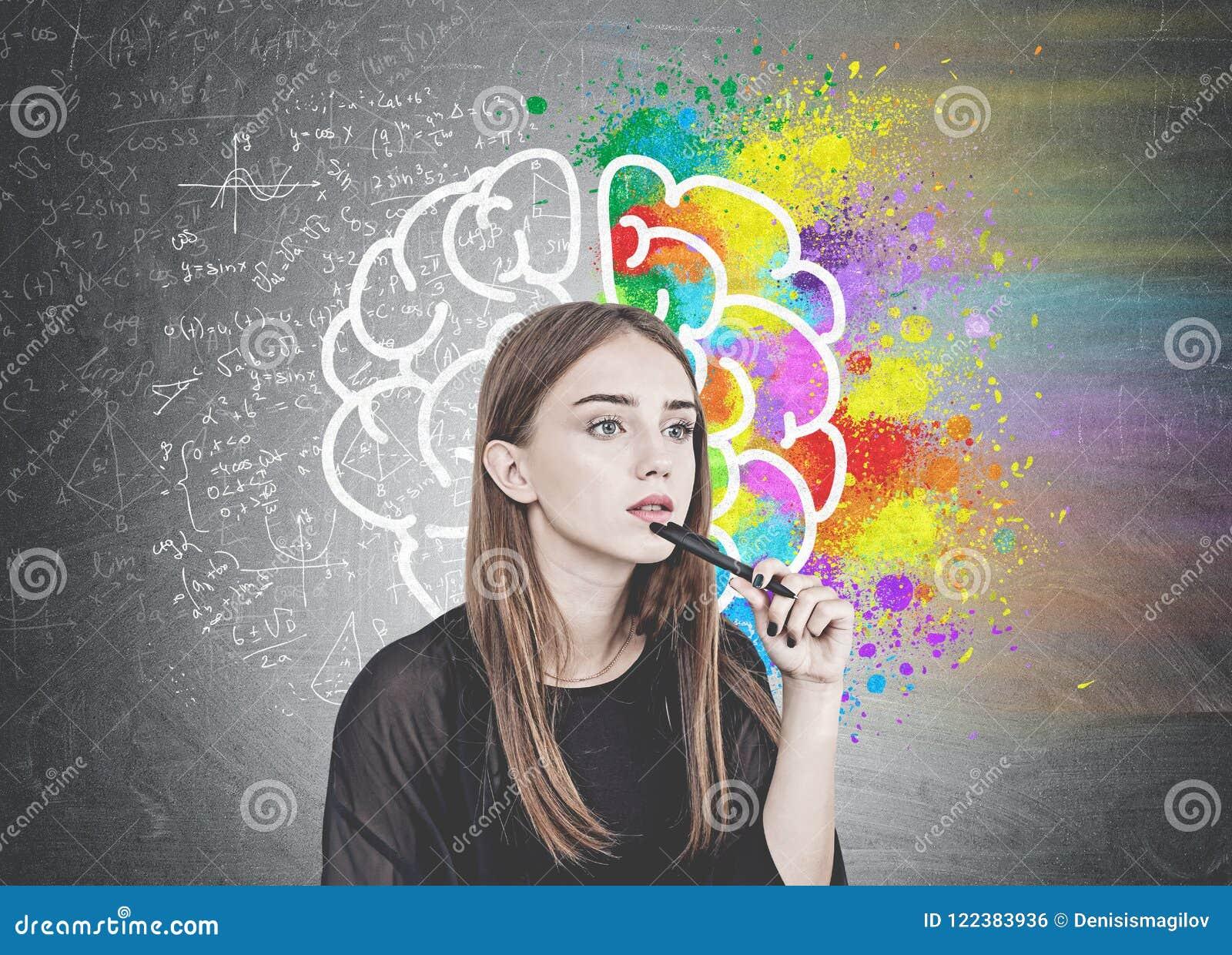 Eftertänksam ung kvinna med pennan, hjärna