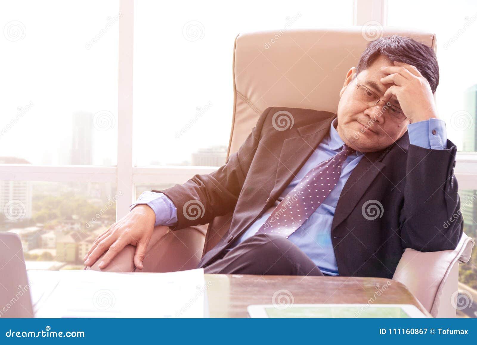 Eftertänksamt affärsmansammanträde i kontoret