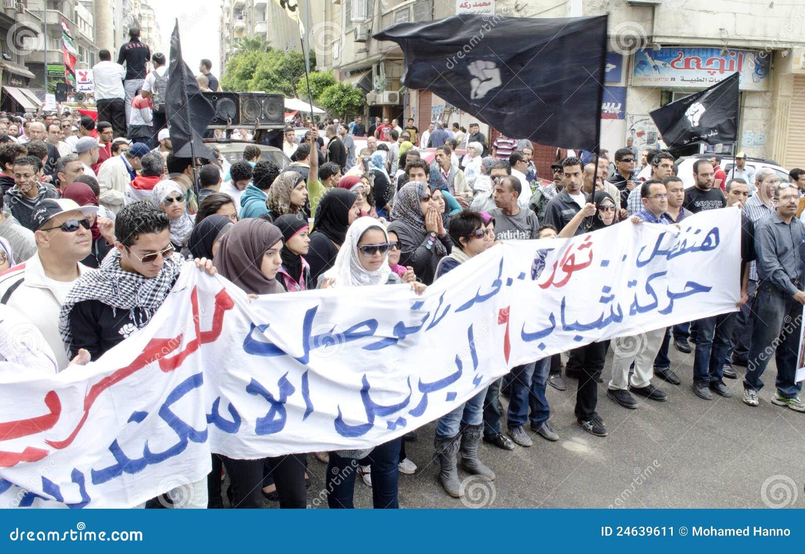 Egípcios que demonstram de encontro ao Conselho militar