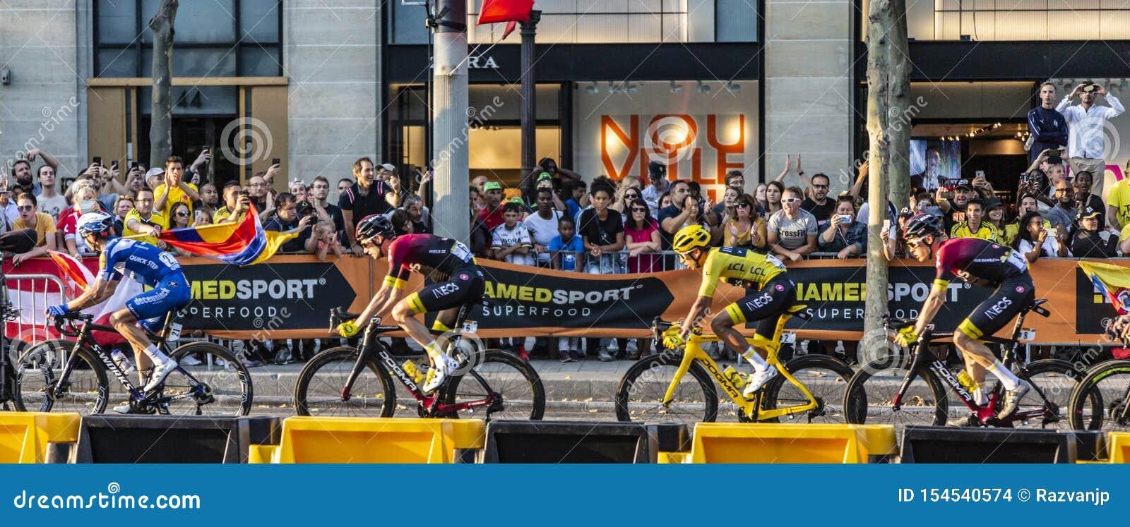Egan Bernal o vencedor do Tour de France 2019 em Paris em Champs-Elysees em Paris
