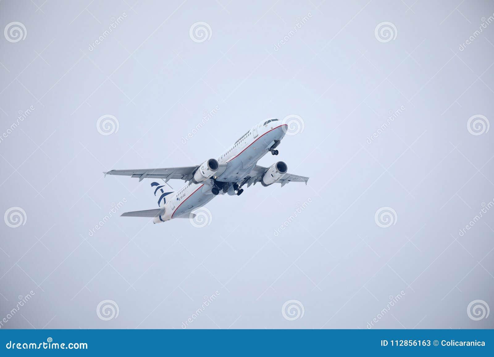 Egeïsch luchtvaartlijnenvliegtuig die over de Luchthaven van München, Duitsland vliegen