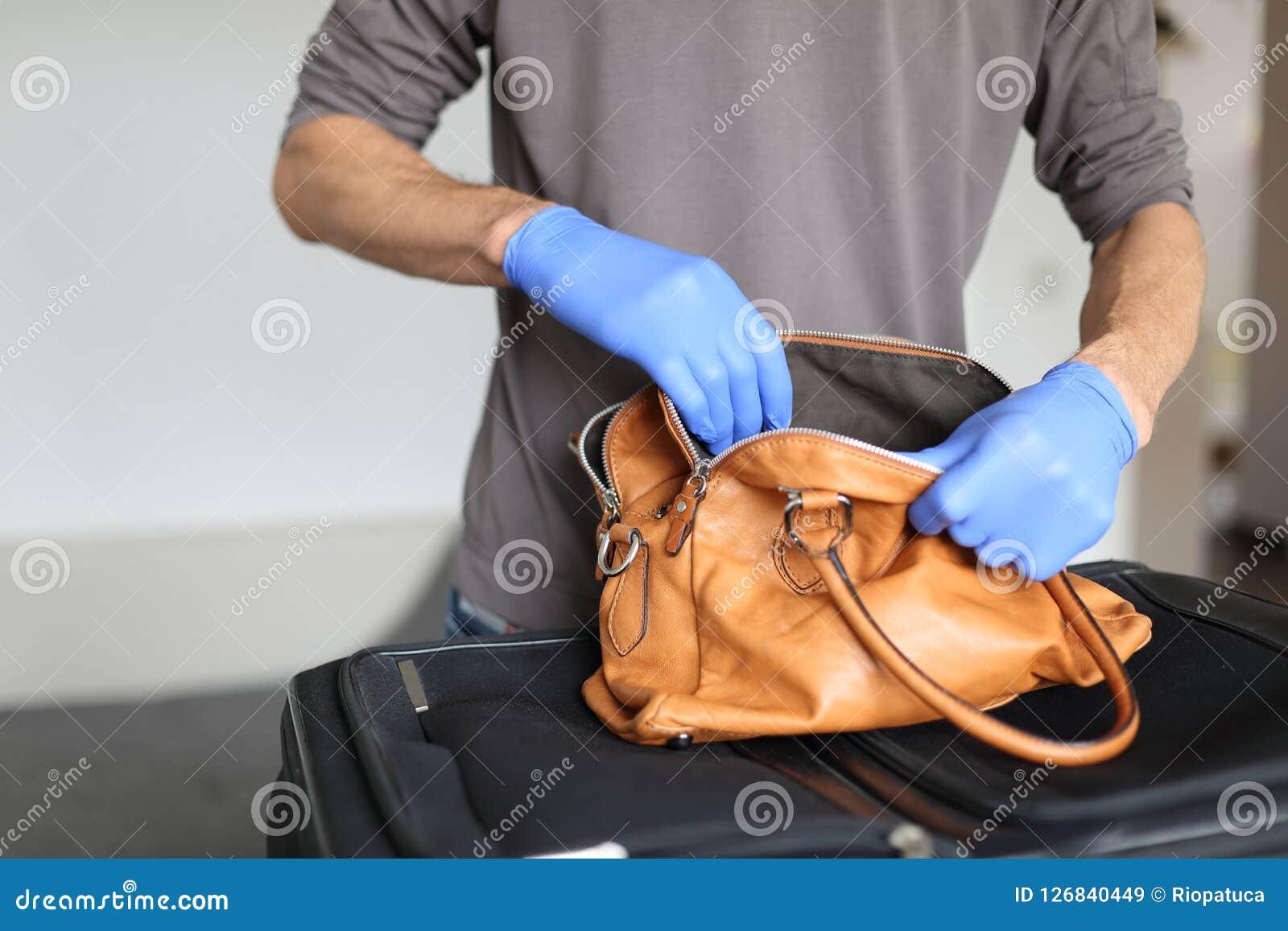 Egenar på flygplatsen som gör säkerhetskontrollen av handbagage