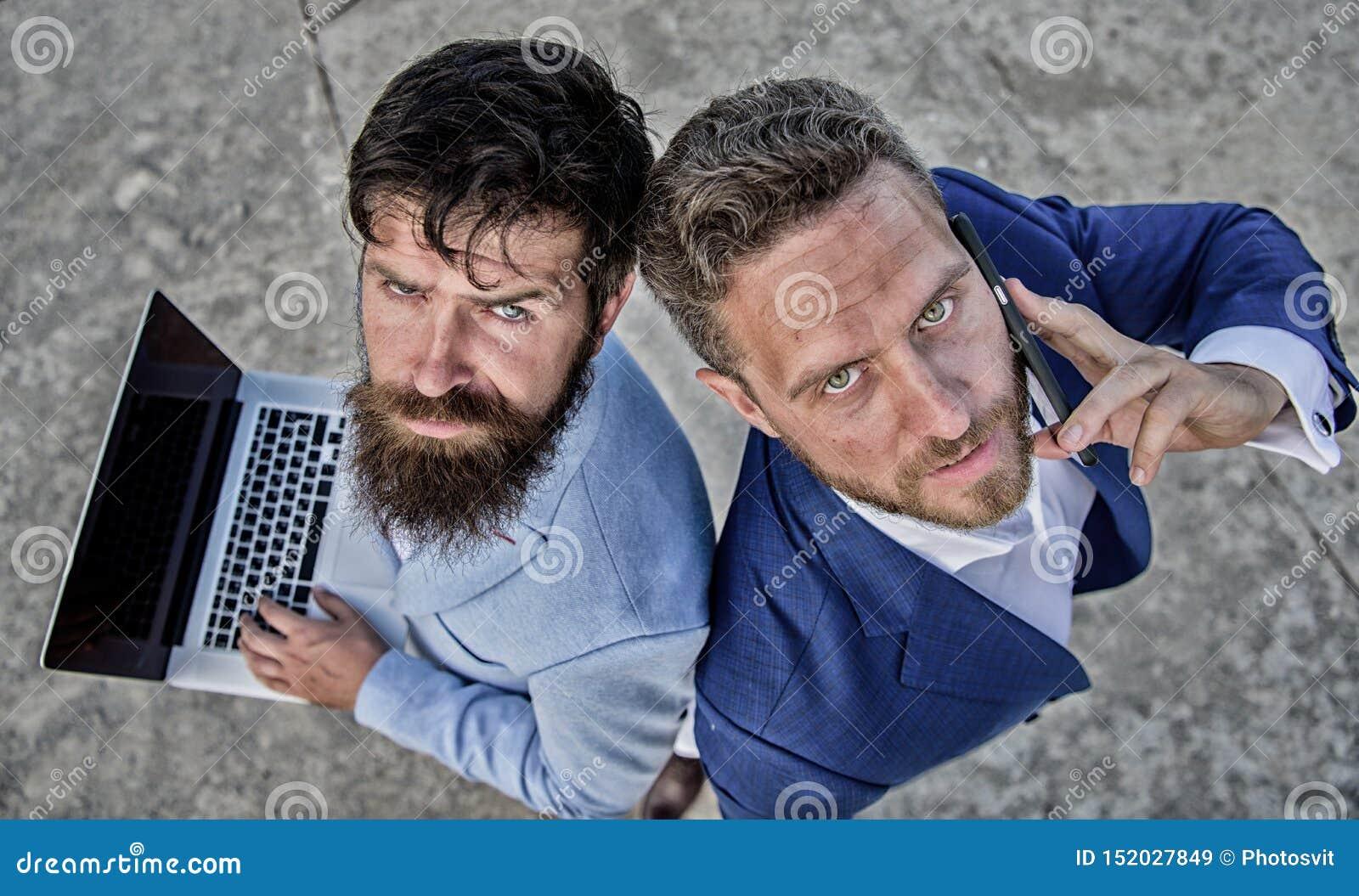 Egenf?retagande som teamwork Aff?rsm?n med b?rbara datorn och p?ringningen som l?ser problem som g?r avtal
