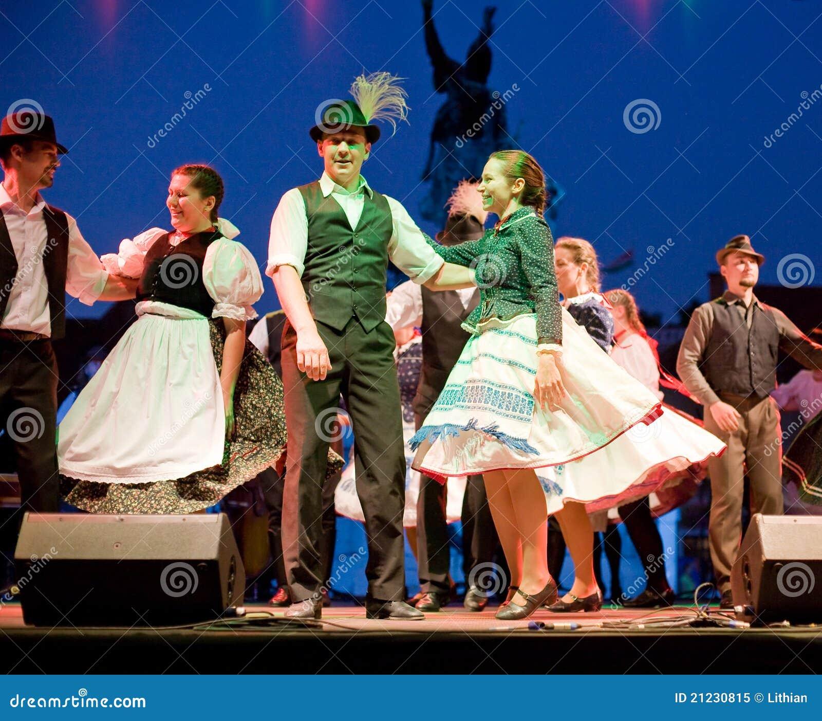 Costumes traditionnels hongrois for Dans hongroise n 5
