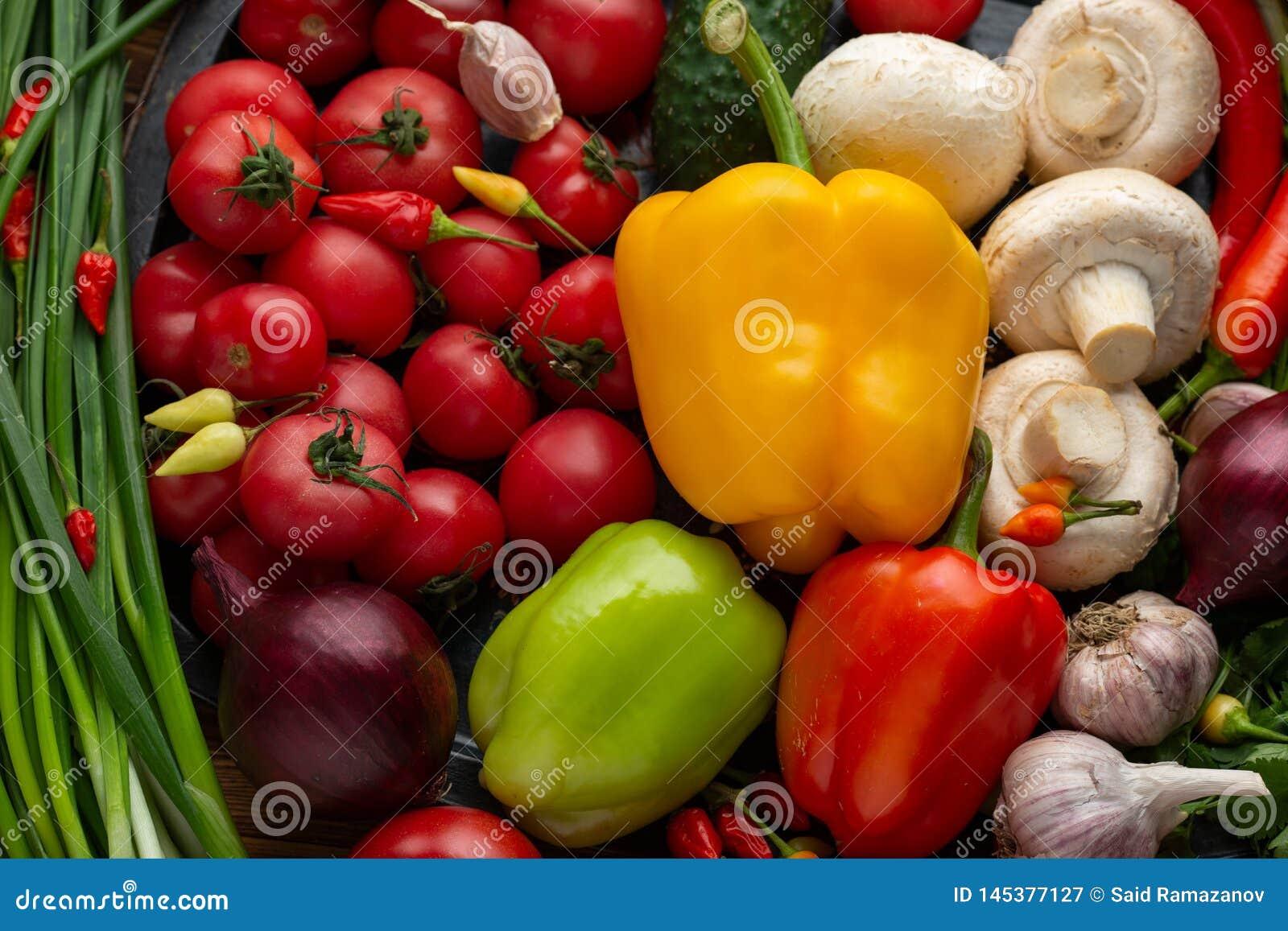 Egetables sortidos em um fundo de madeira marrom