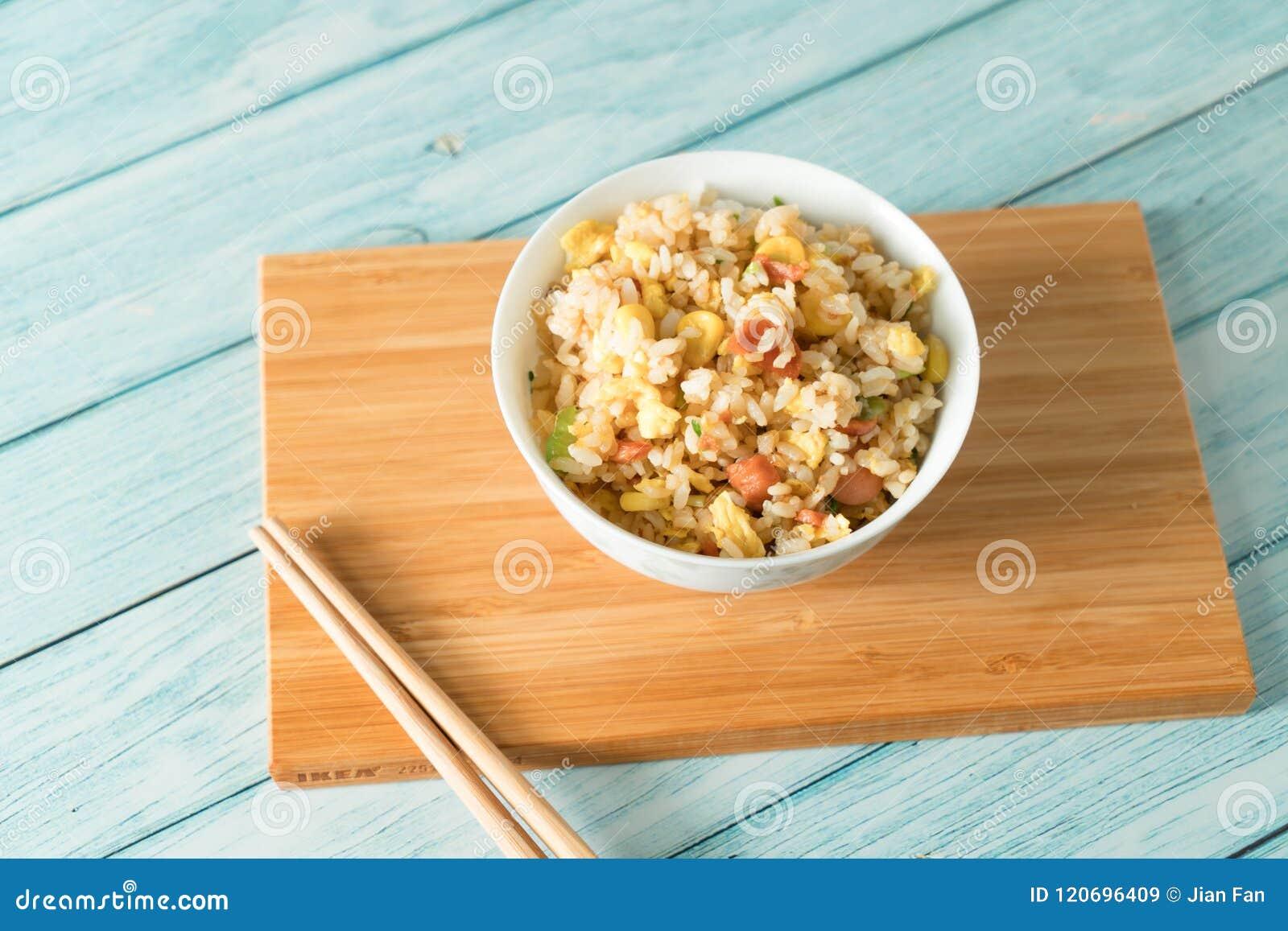 Egg el arroz frito con un fondo de madera azul del grano