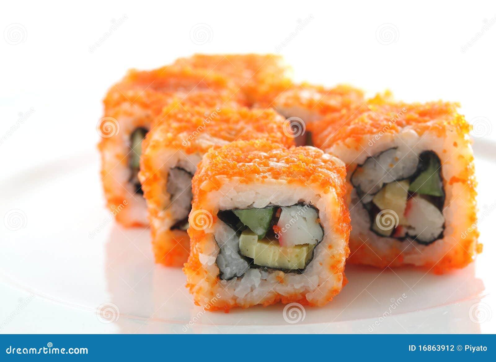 Egg o sushi de imitação do rolo isolado