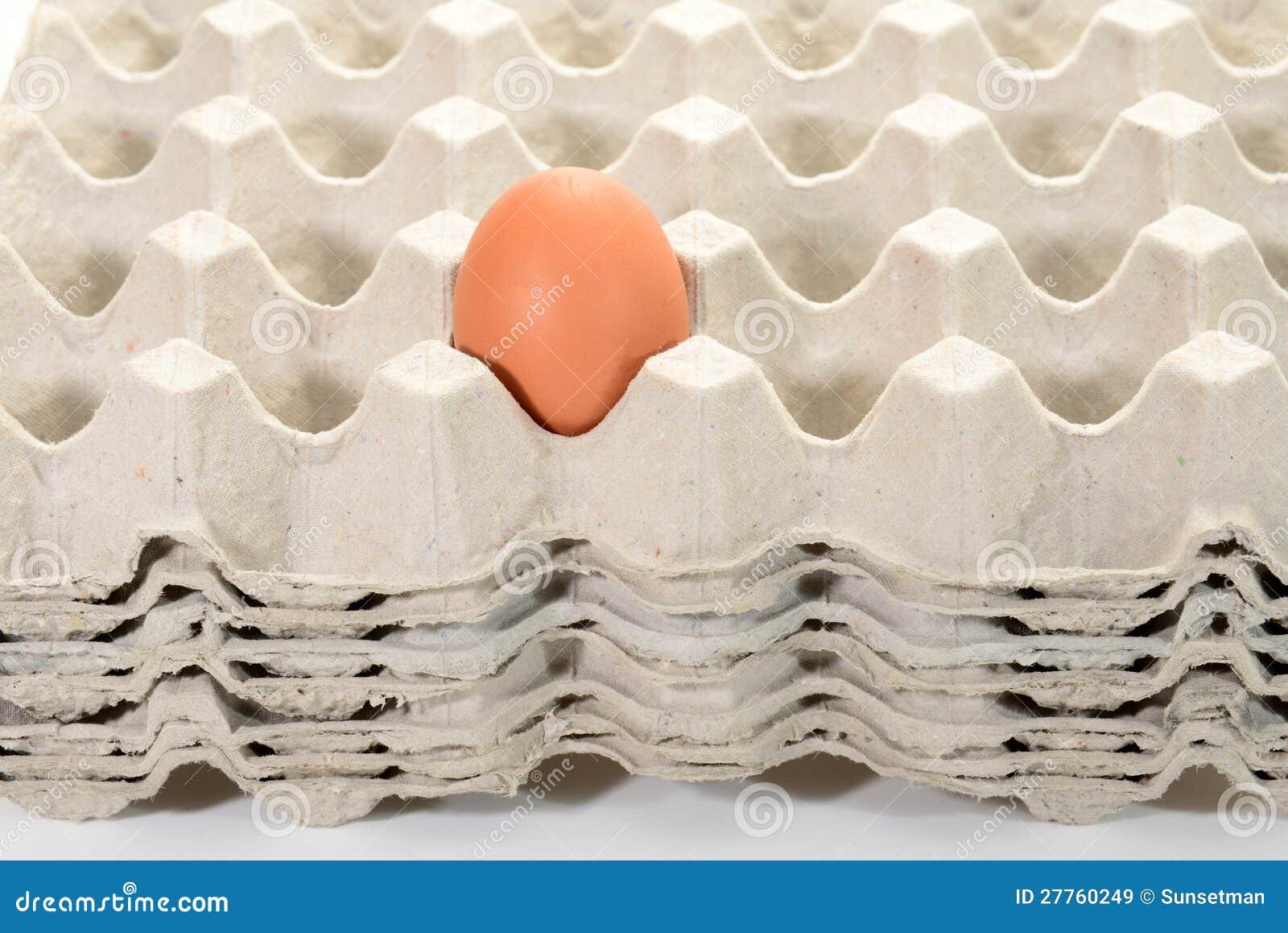Egg sur une pile de plateaux d oeufs