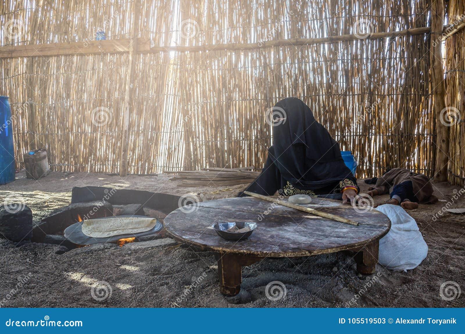 Egipt, Beduińska wioska, Sierpień 28, 2017: Muzułmańska kobieta, siedzący b