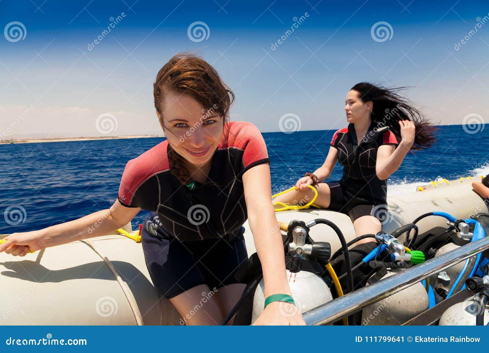 Egipto Mar Rojo Mujer en barco Viaje que se zambulle