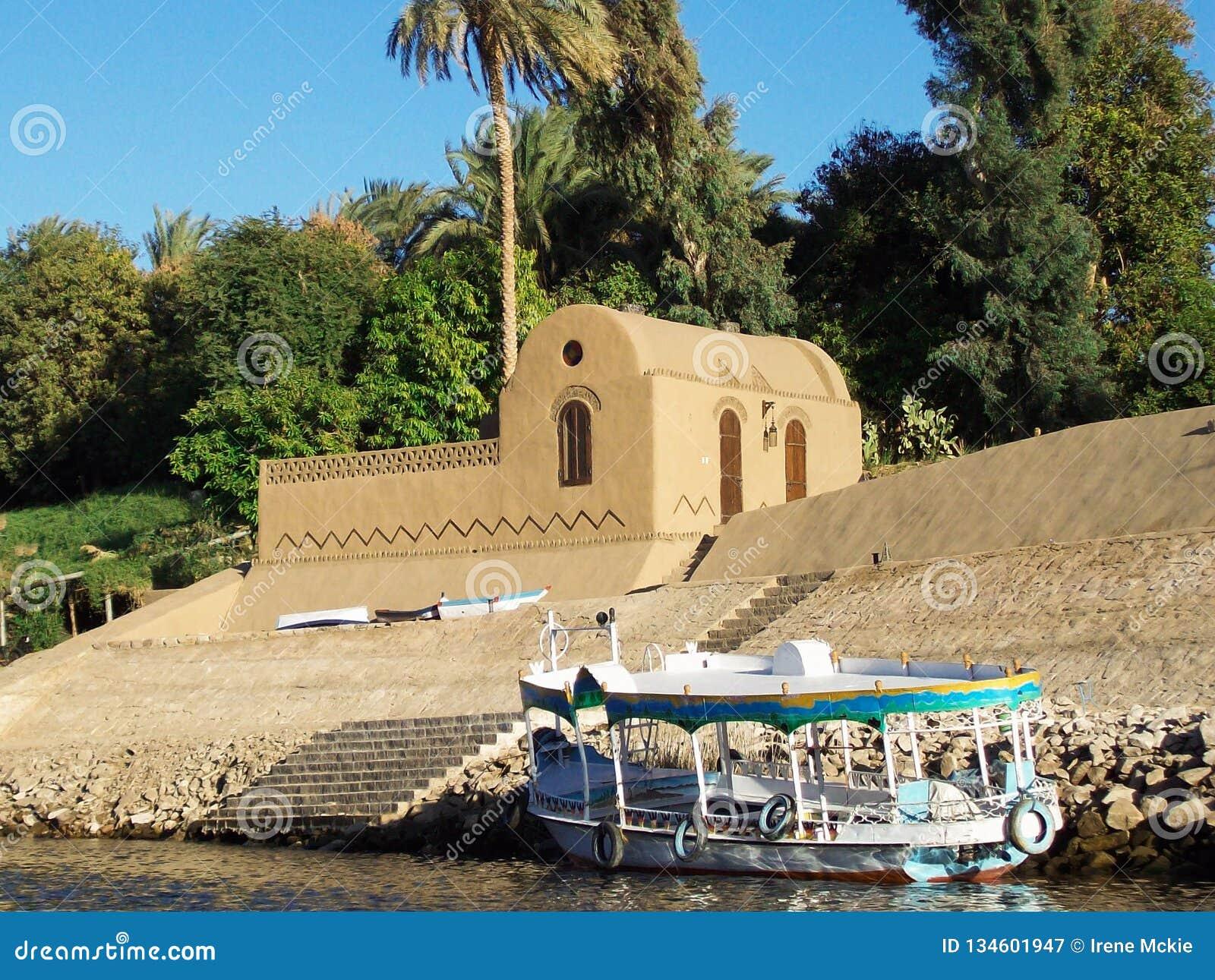Egito, Nilo, casa egípcia no banco do rio, com o barco amarrado