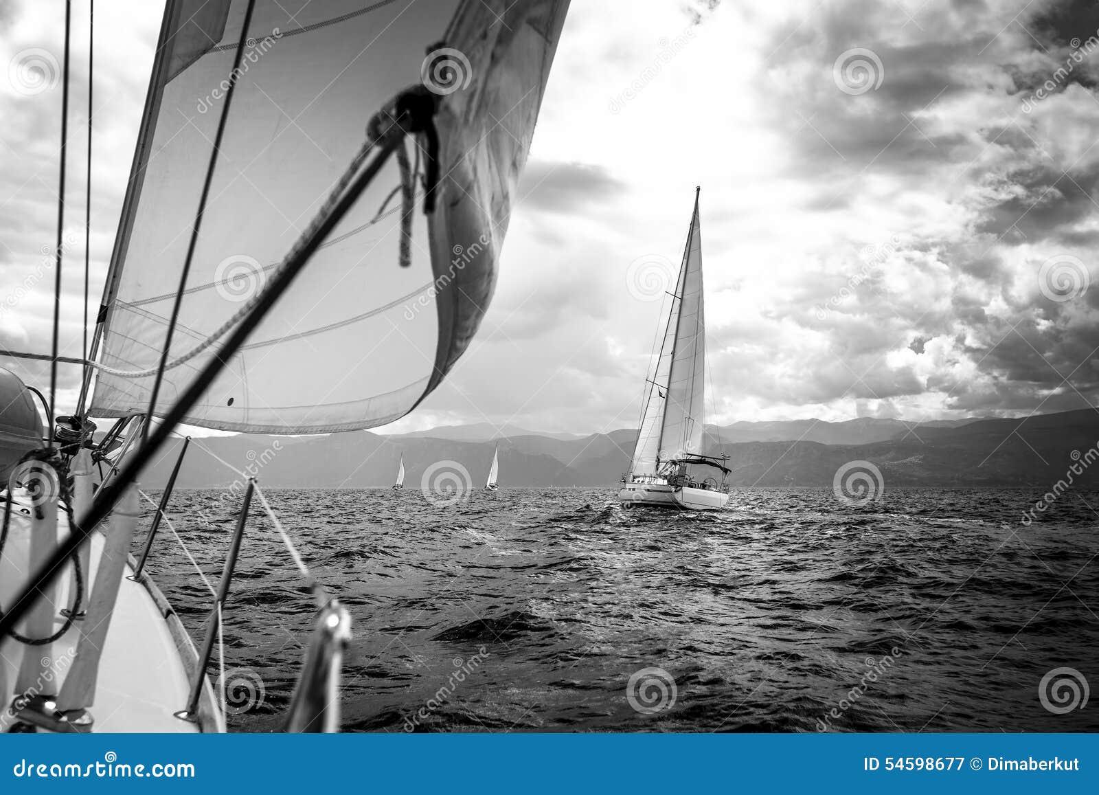 Żeglowanie jachty w morzu w pogodzie sztormowej