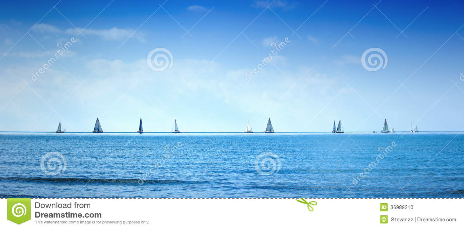 Żeglowanie łodzi jachtu regatta rasa na morza lub oceanu wodzie