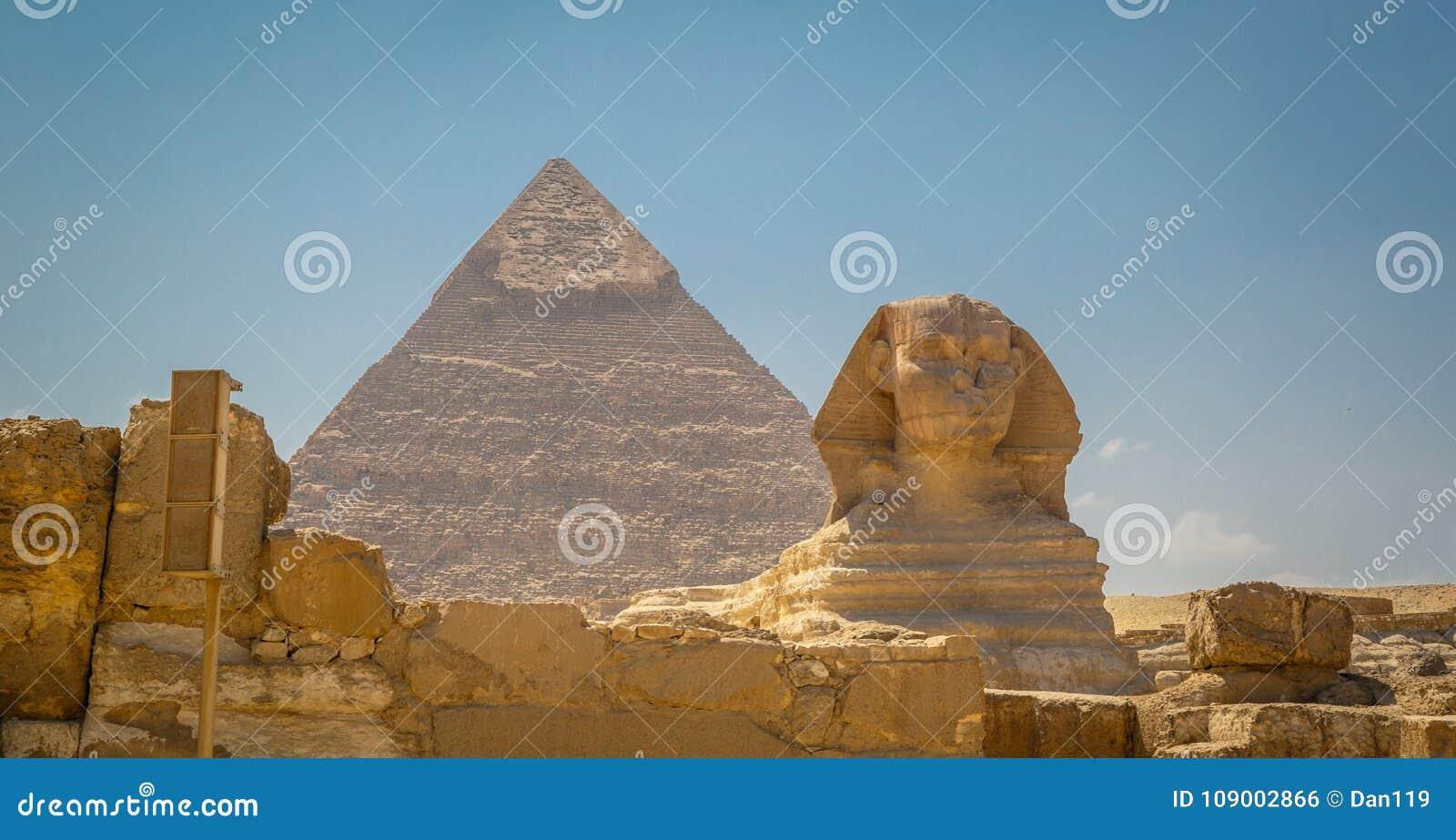 Egypten Kairo; Augusti 19, 2014 - de egyptiska pyramiderna i Kairo Bågen av templet